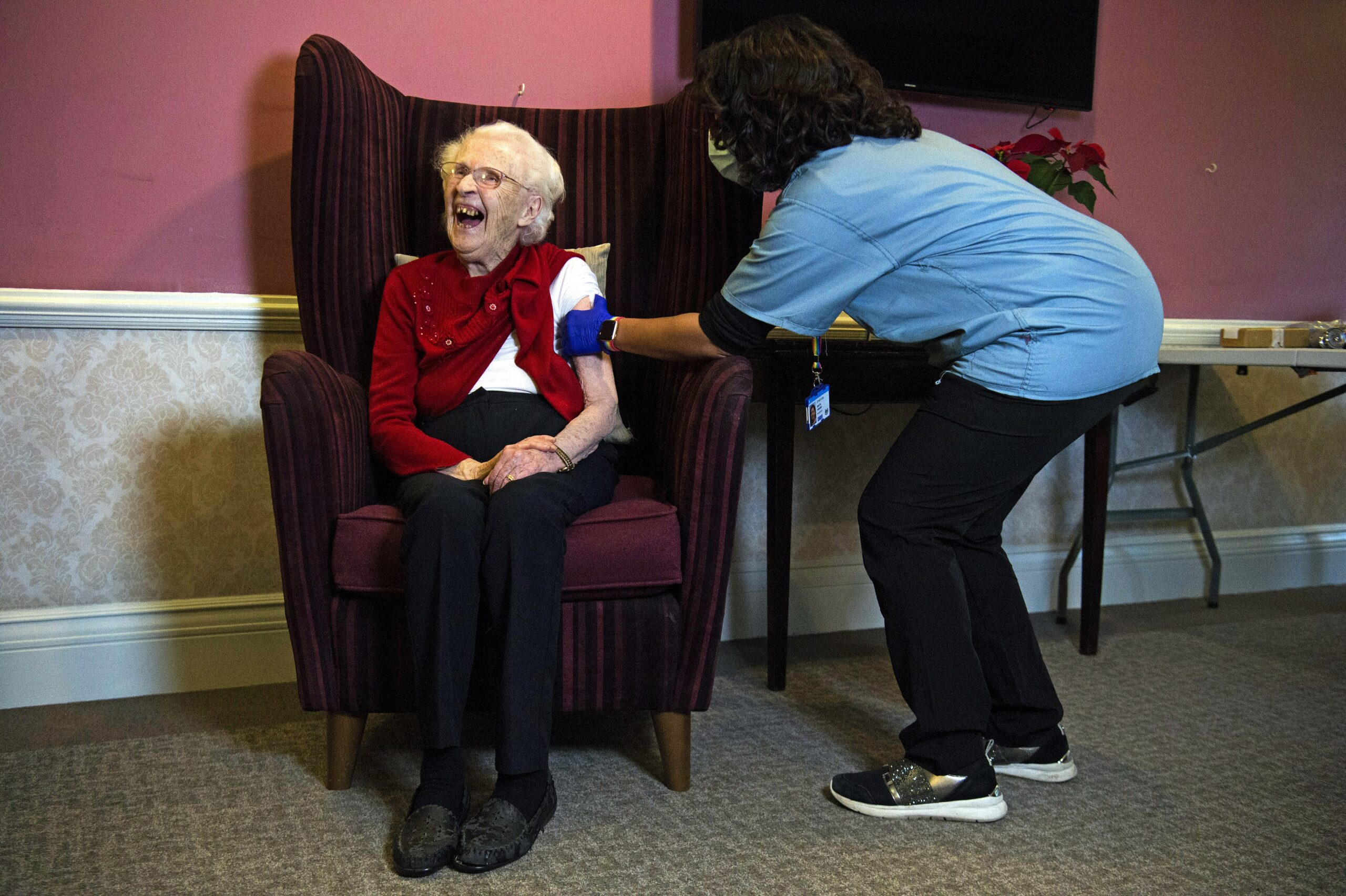 Una infermera posa la vacuna contra la Covid-19 a una dona gran al Regne Unit / EP