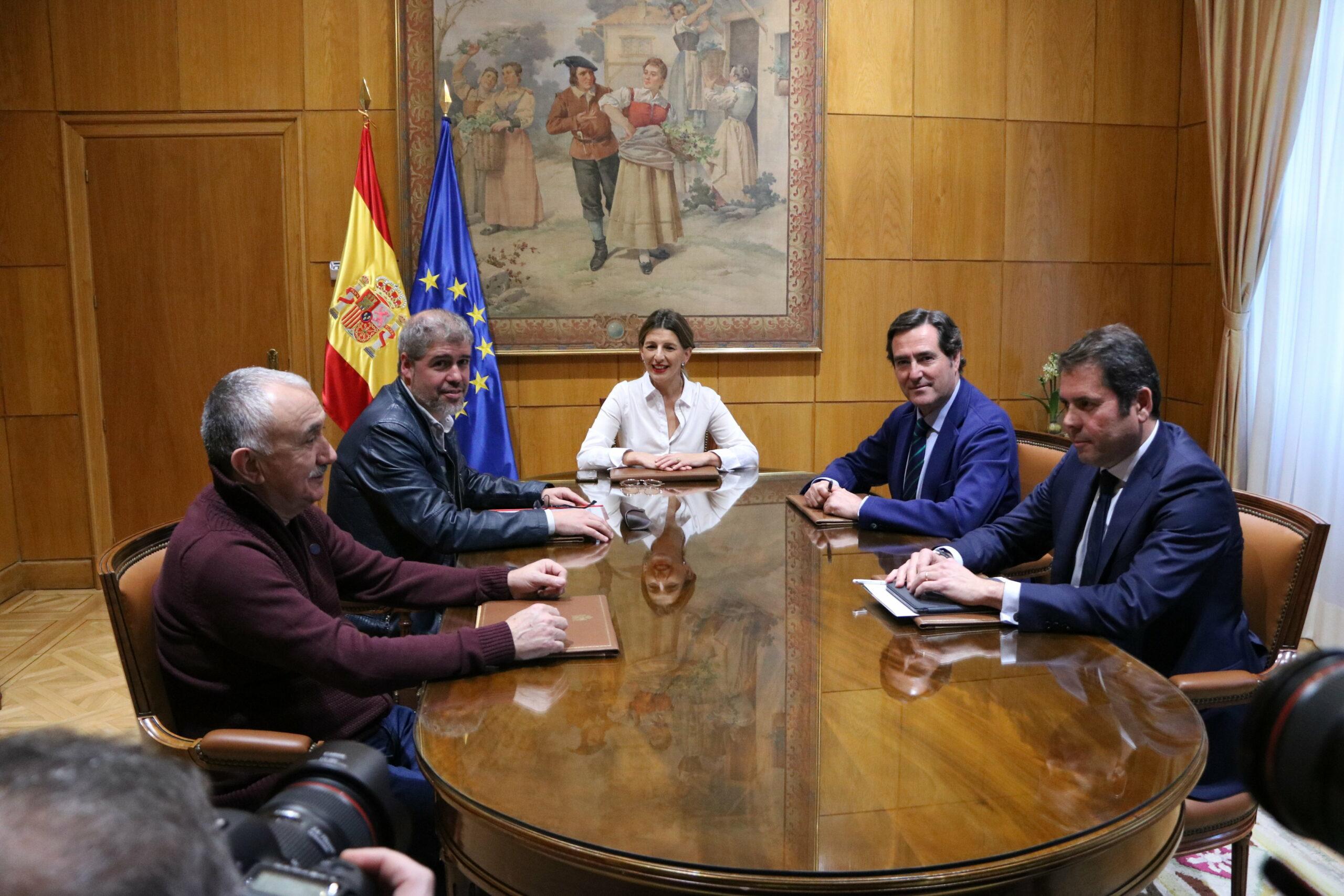 Imatge d'arxiu d'una reunió de la ministra de Treball, Yolanda Díaz, amb els secretaris generals de CCOO i UGT, Unai Sordo i Pepe Álvarez, i els presidents de CEOE i Cepyme, Antonio Garamendi i Gerardo Cuerva | ACN