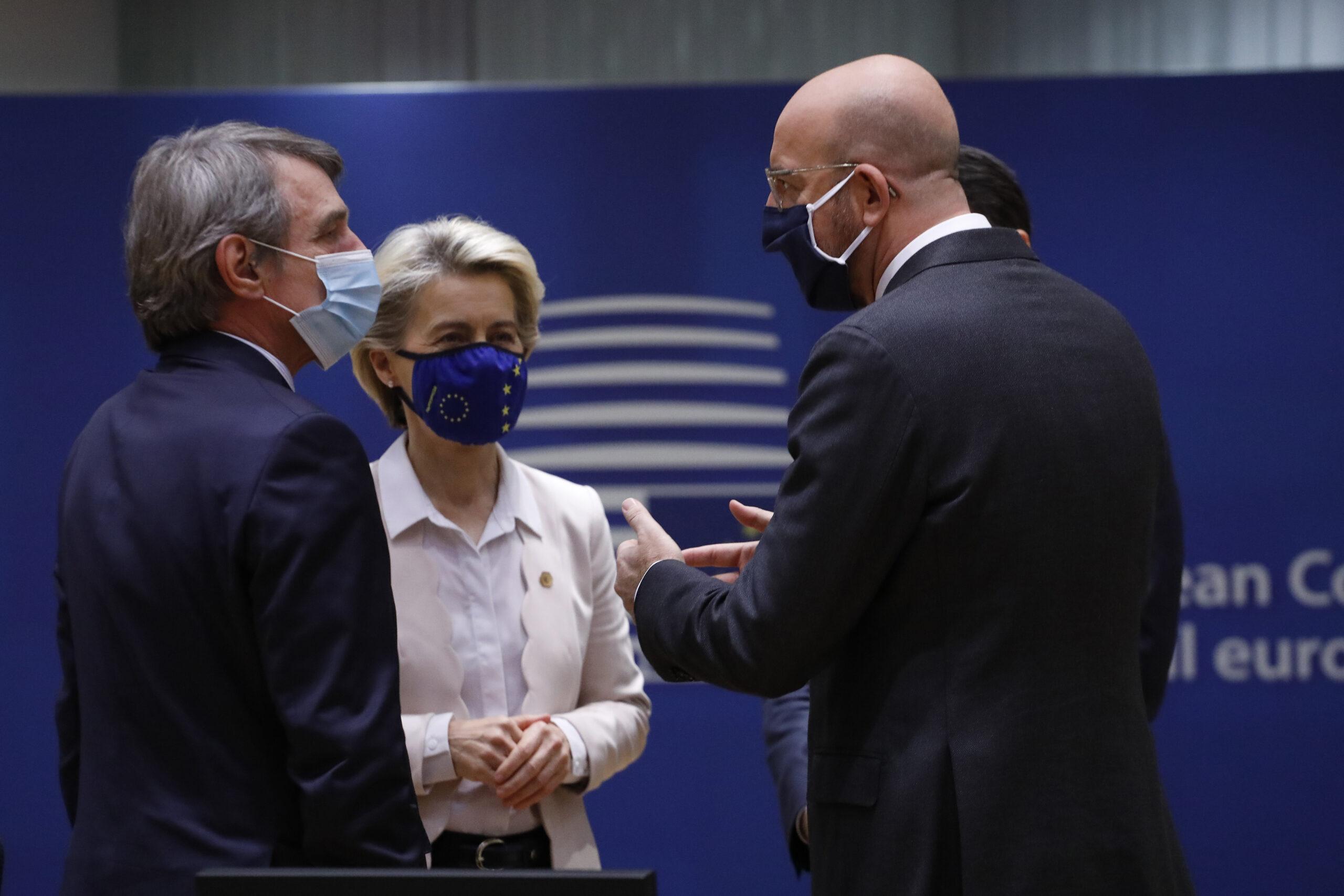 La presidenta de la Comissió, Ursula von der Leyen, del Consell, Charles Michel, i de l'Eurocambra, David Sassoli   ACN