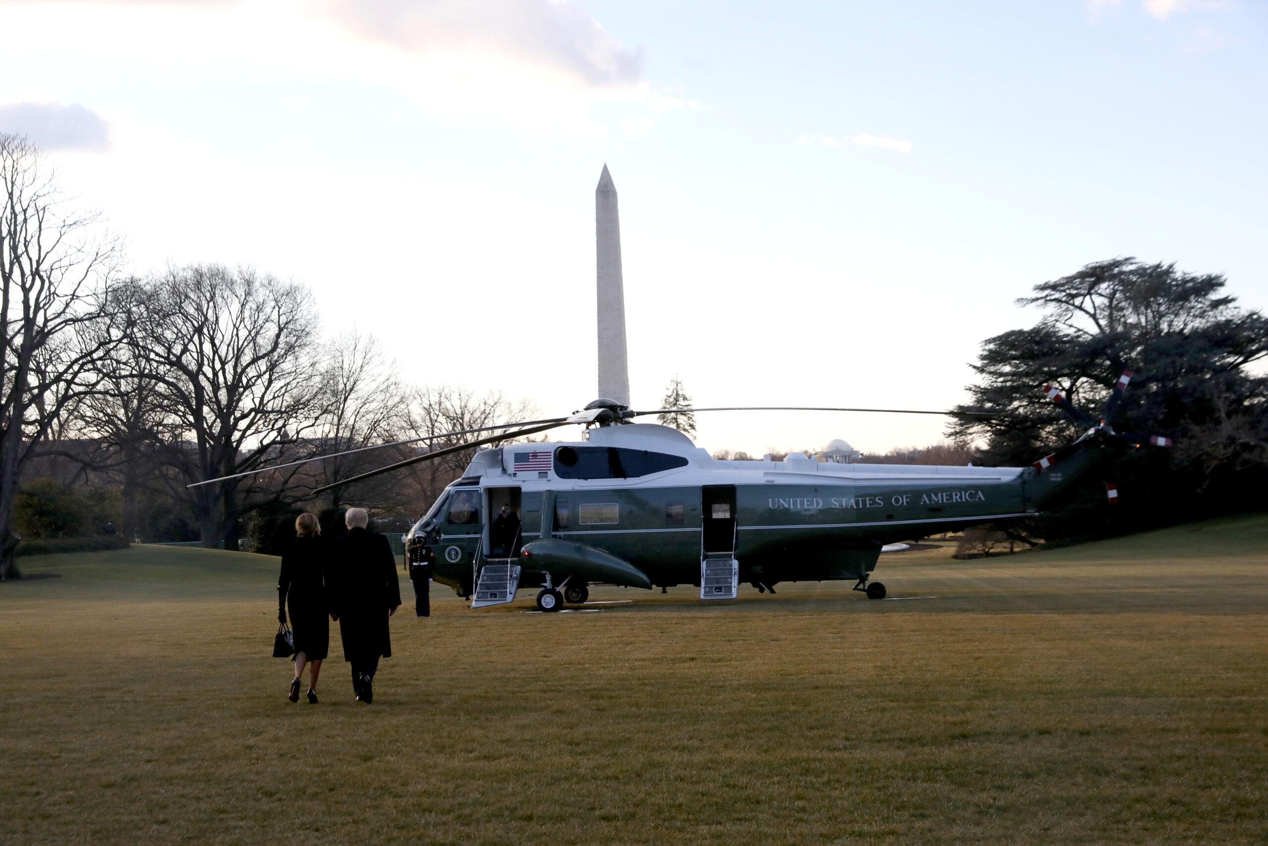 Els Trump, d'esquena, caminen cap a l'helicòpter amb el que han marxat de la Casa Blanca | Reuters