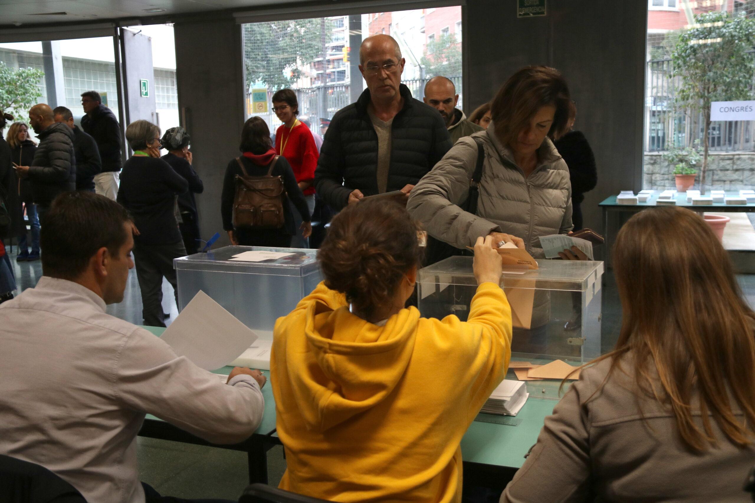Pla general d'una mesa electoral a l'EOI Sant Gervasi, el 10 de novembre de 2019
