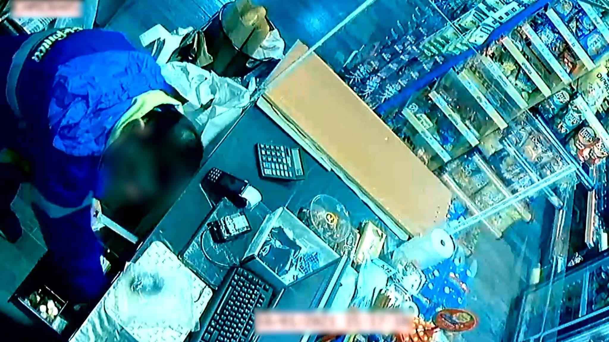 Una càmera de seguretat grava l'atracador en un dels supermercats del barri de Bellvitge de l'Hospitalet de Llobregat, els dies 10 i 14 de gener del 2021 / ACN