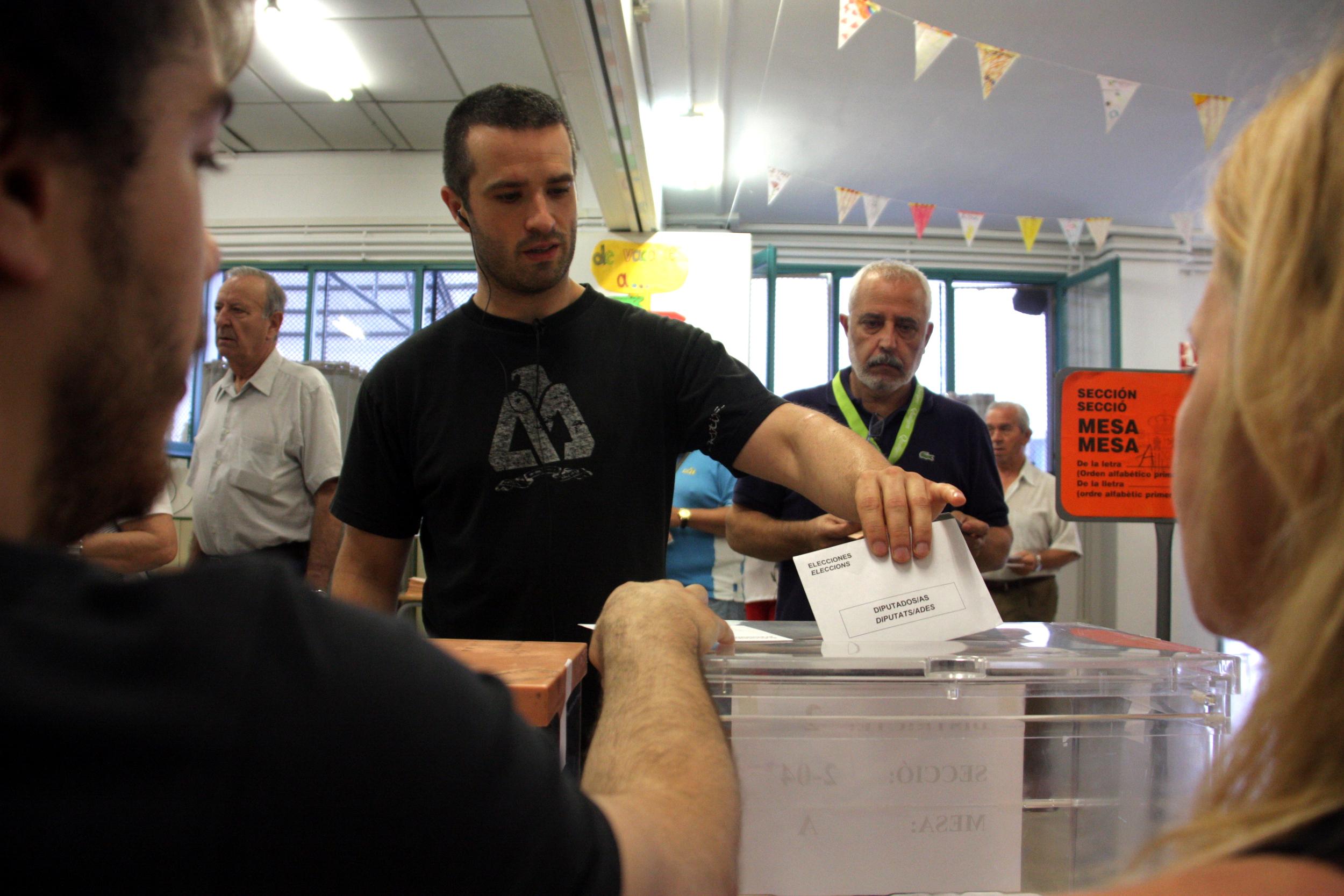 Un home diposita el seu vot a l'urna davant la mirada dels membres de la mesa en un col·legi electoral de Sabadell, el 26 de juny de 2016, en una imatge d'arxiu / ACN