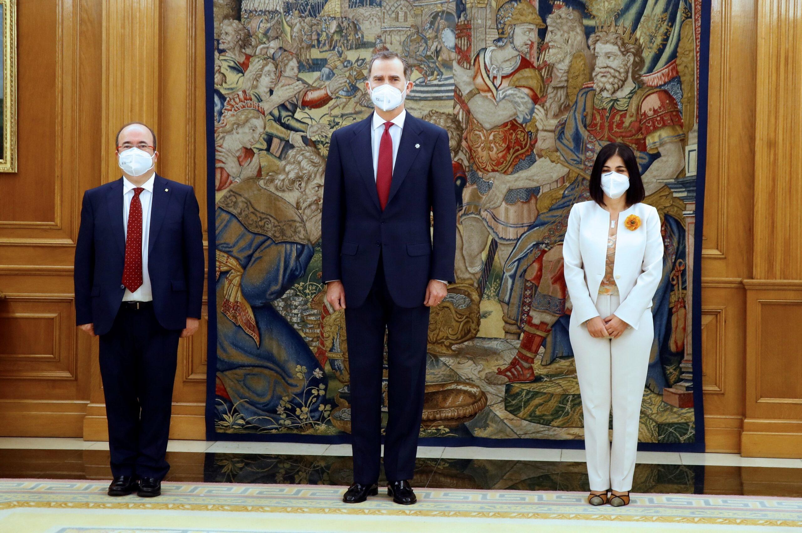 El ministre de Política Territorial, Miquel Iceta; Felip VI i la ministra de Sanitat, Carolina Darias, a l'acte de presa de possessió al Palau de la Zarzuela | ACN
