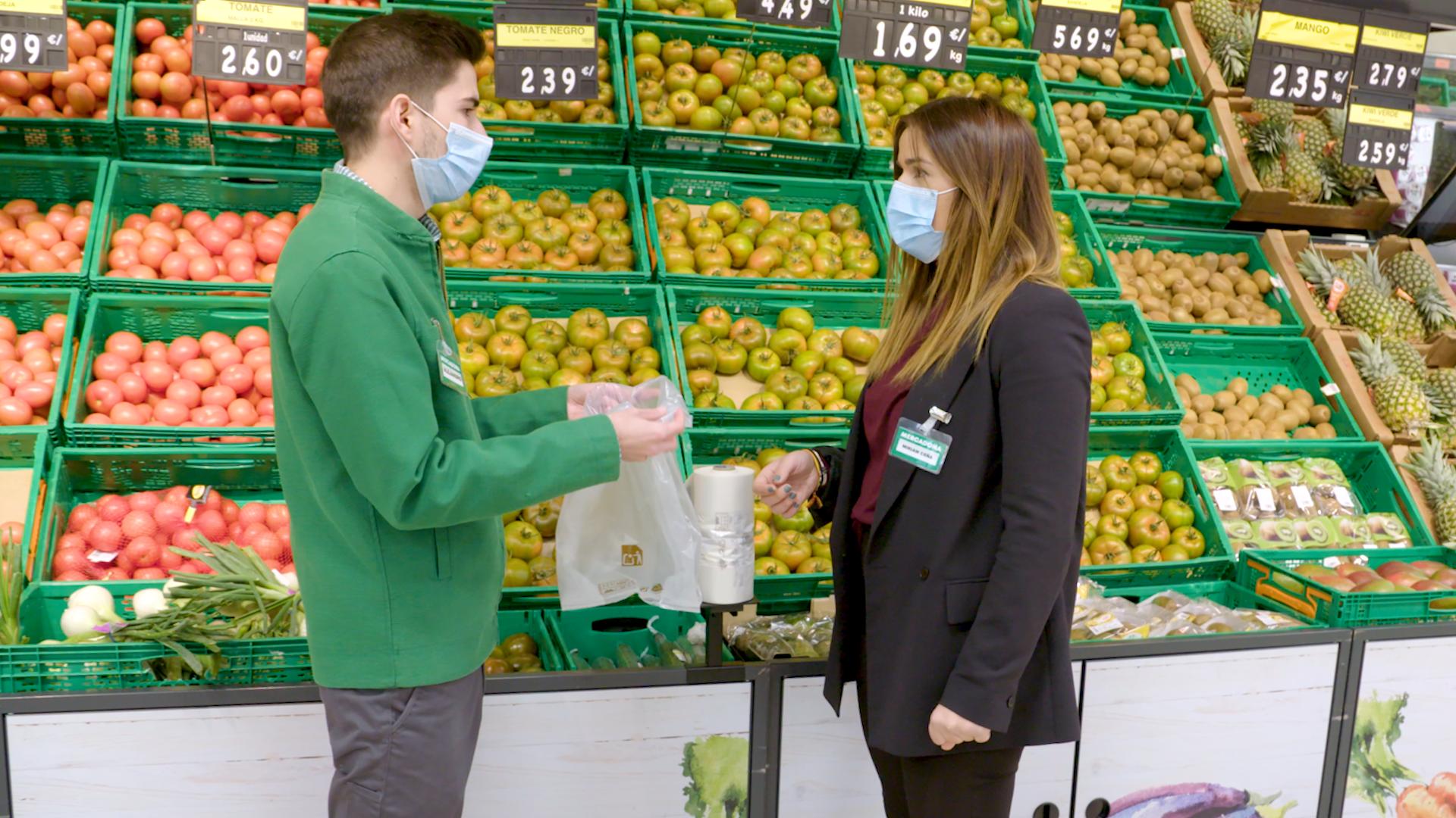 Treballadors de Mercadona amb les noves bosses compostables