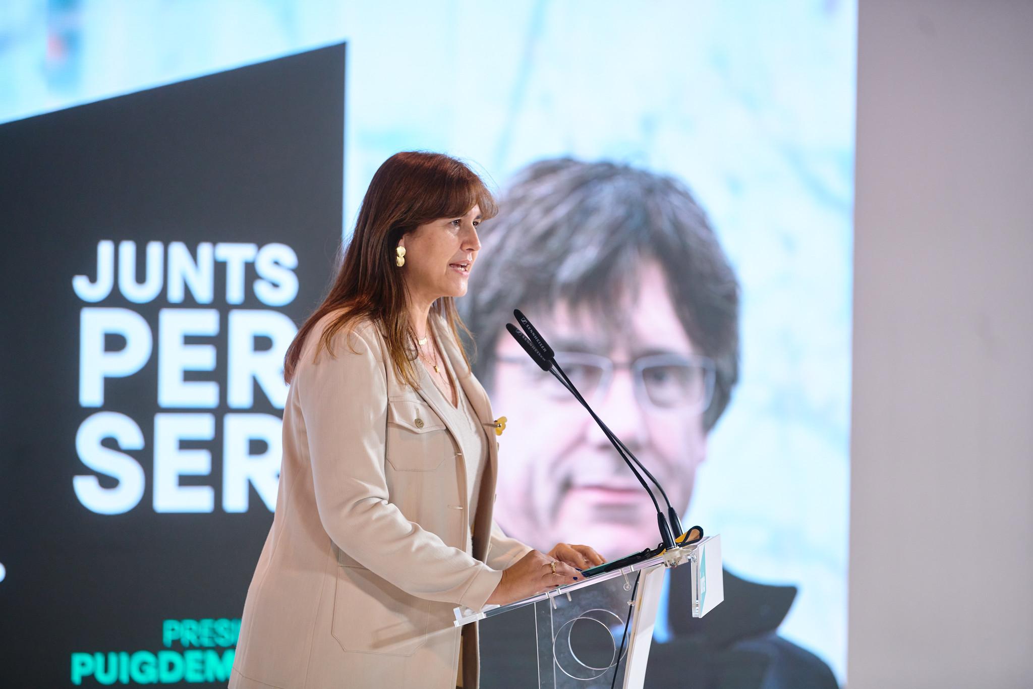 Laura Borràs amb Carles Puigdemont al fons / JxCAT
