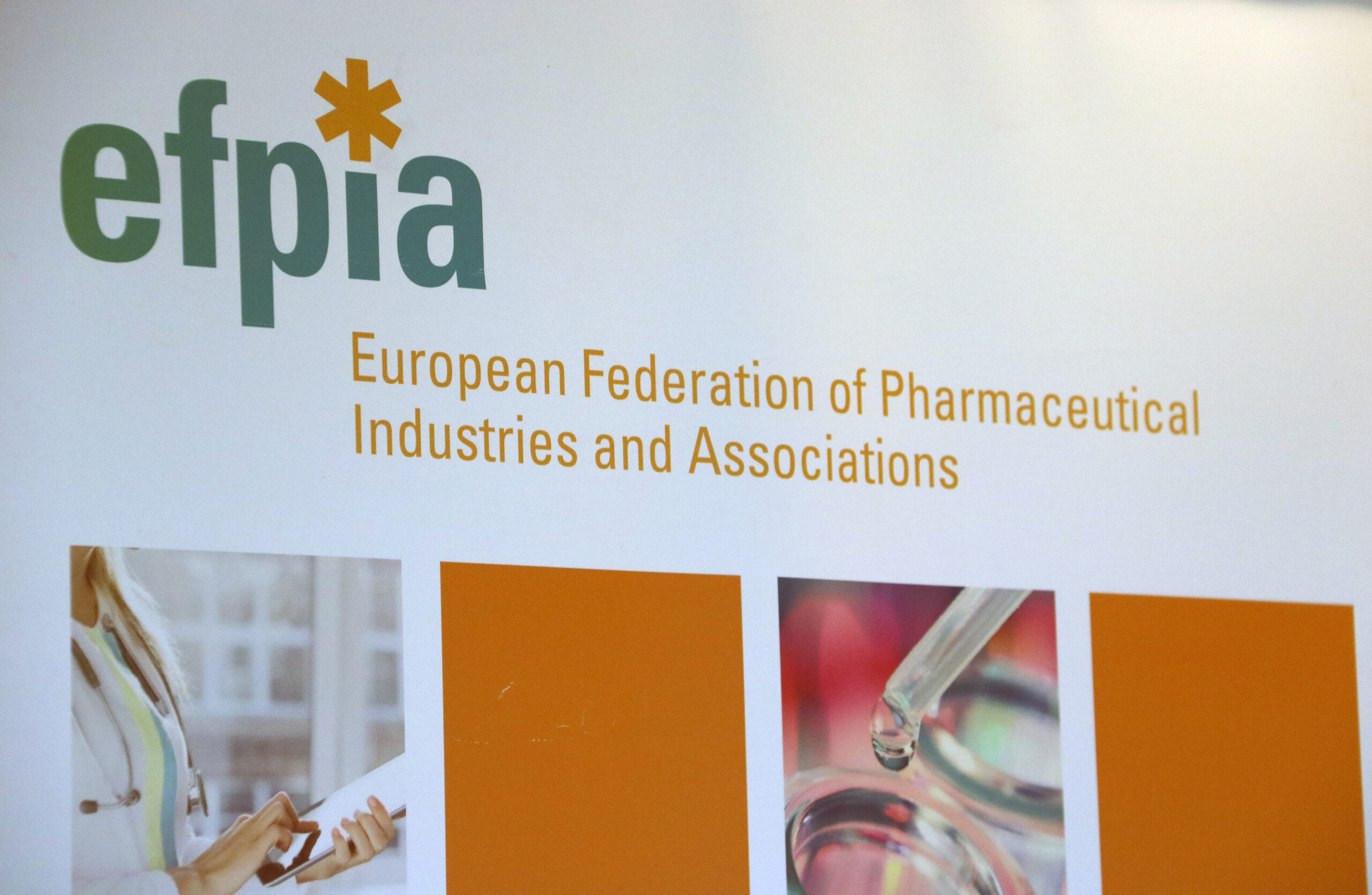 Logo de la Federació Europea de la Indústria Farmacèutica, a Brussel·les el 10 de març del 2020 / ACN