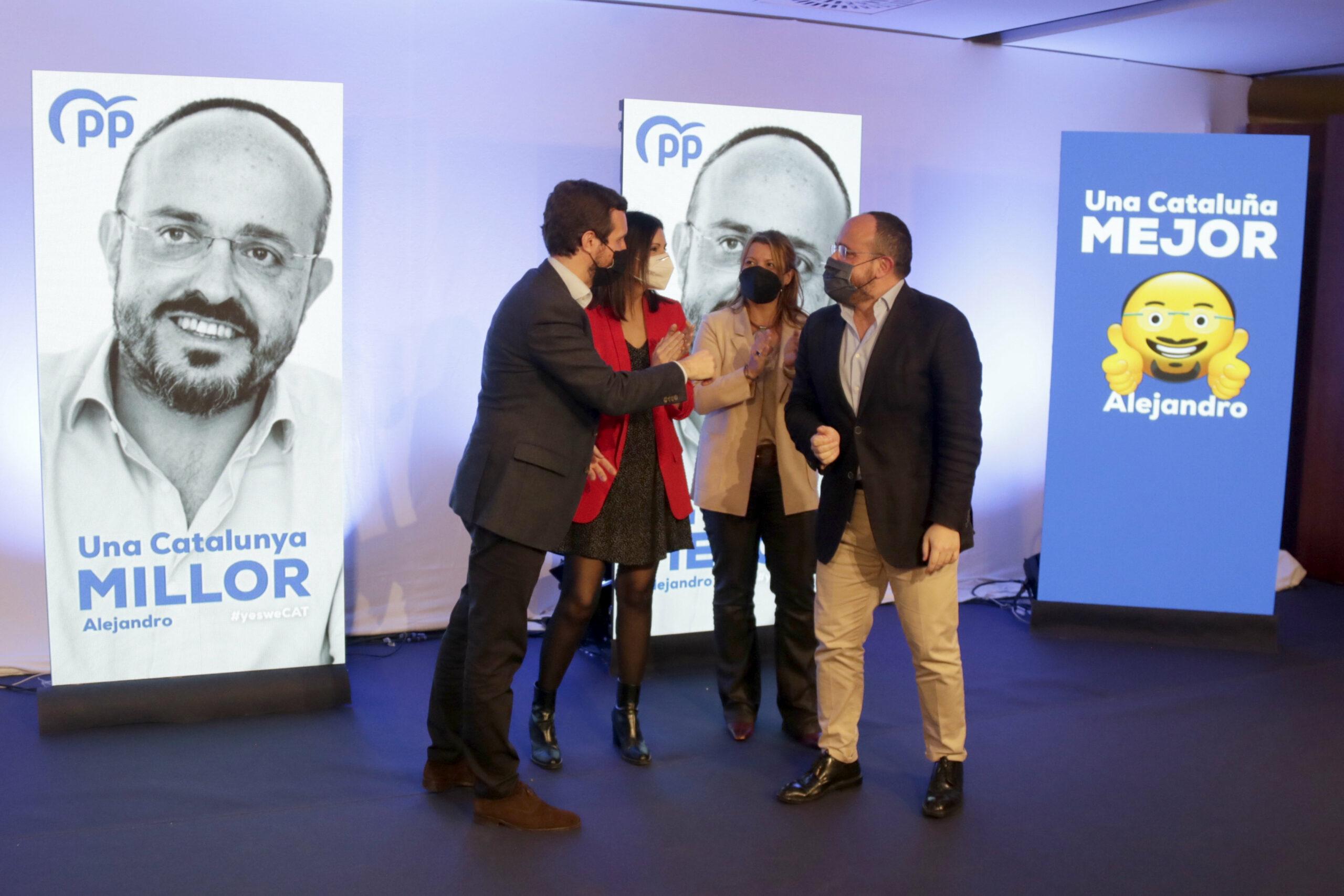 El president del PP, Pablo Casado; el candidat del PPC al 14-F, Alejandro Fernández, i les números 2 i 3 de la llista, Eva Parera i Lorena Roldan, durant la descoberta el cartell electoral  / ACN