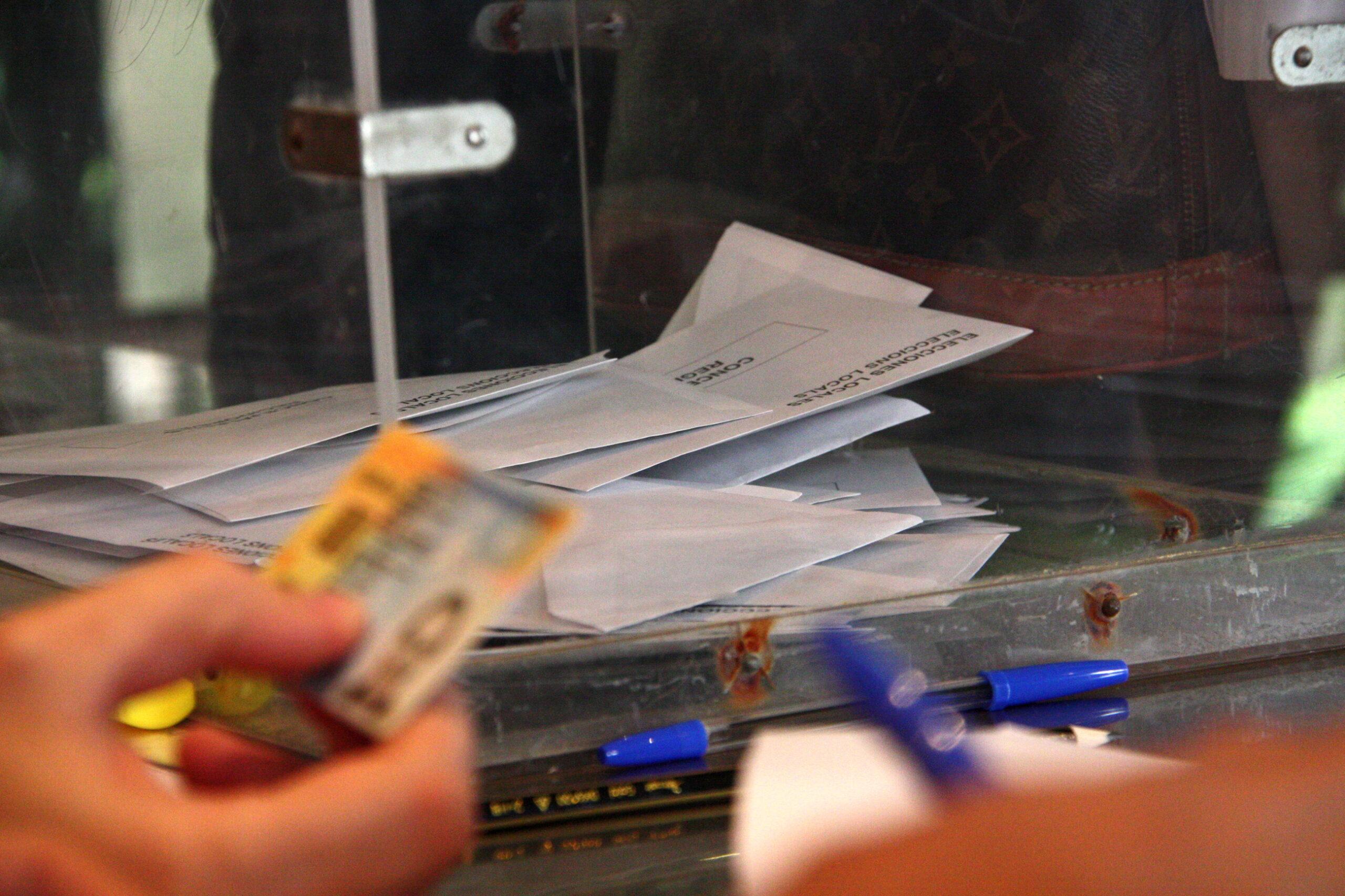 Una urna i una mà que comprova el DNI per poder votar | ACN