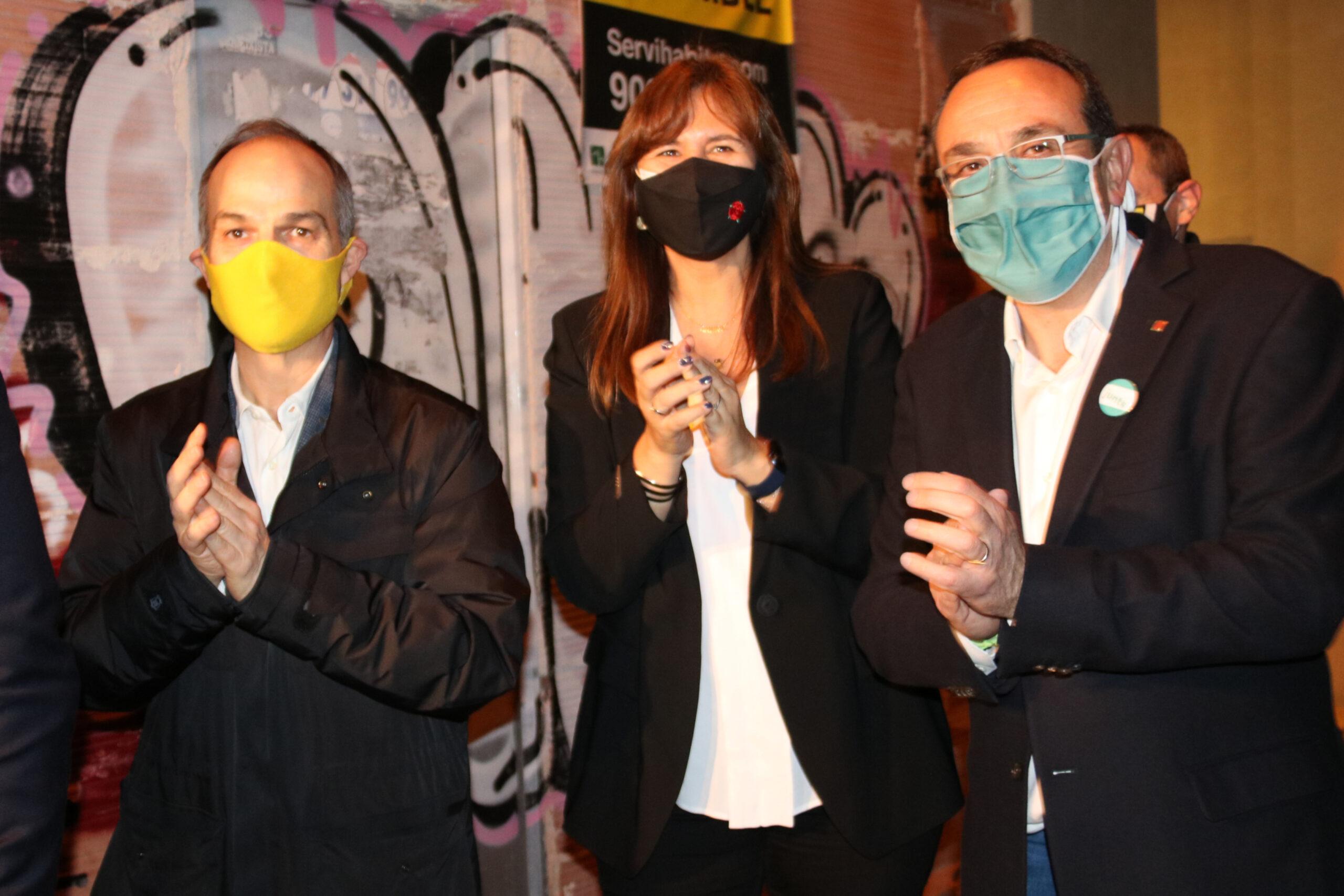 Els exconsellers Jordi Turull i Josep Rull, amb la candidata de JxCat, Laura Borràs, abans de l'acte de campanya a Reus el 29 de gener de 2021