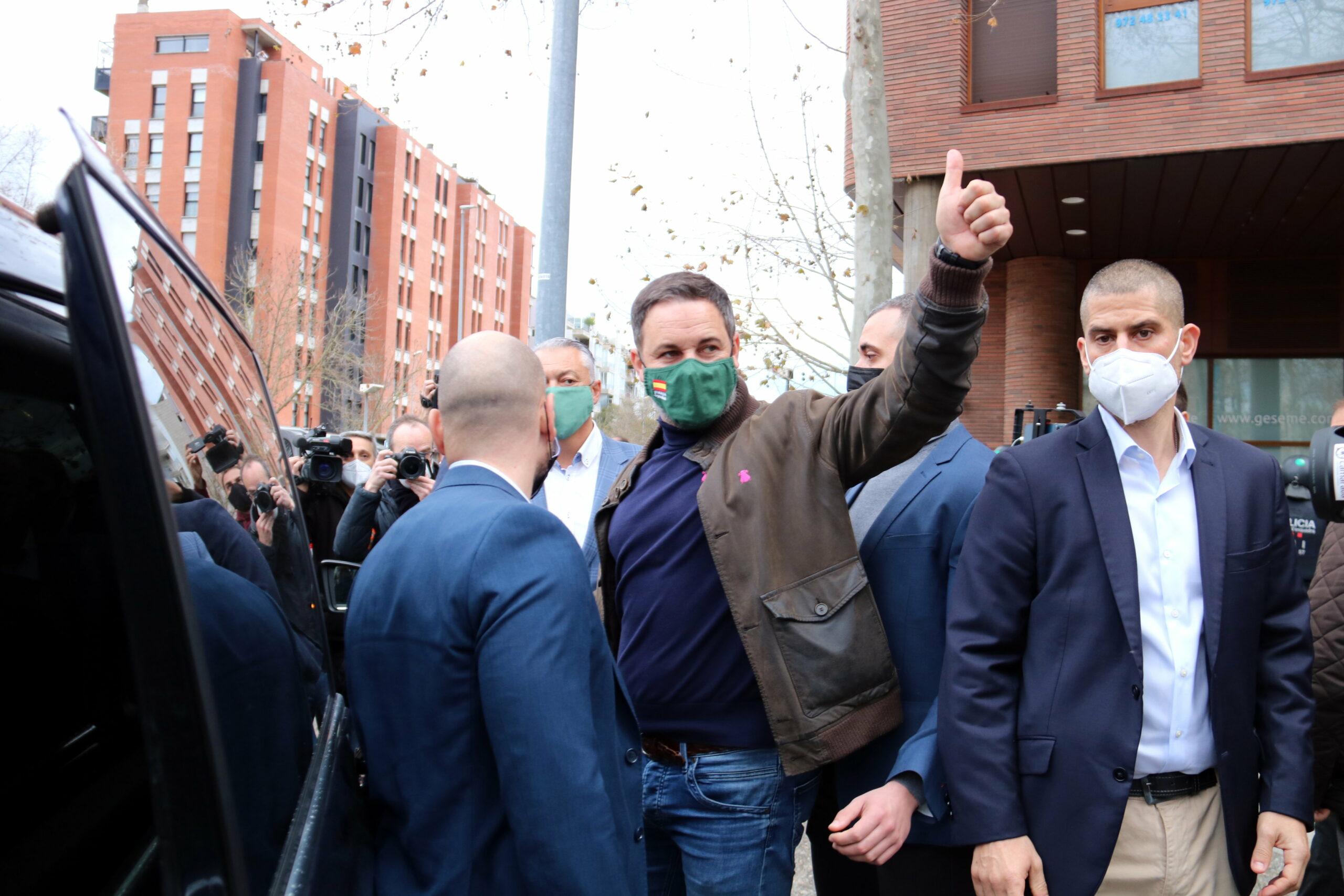 Pla mig del president de Vox, Santiago Abascal, marxant de l'acte de Girona, saludant els seus seguidors. Imatge del 30 de gener de 2021. (Horitzontal)