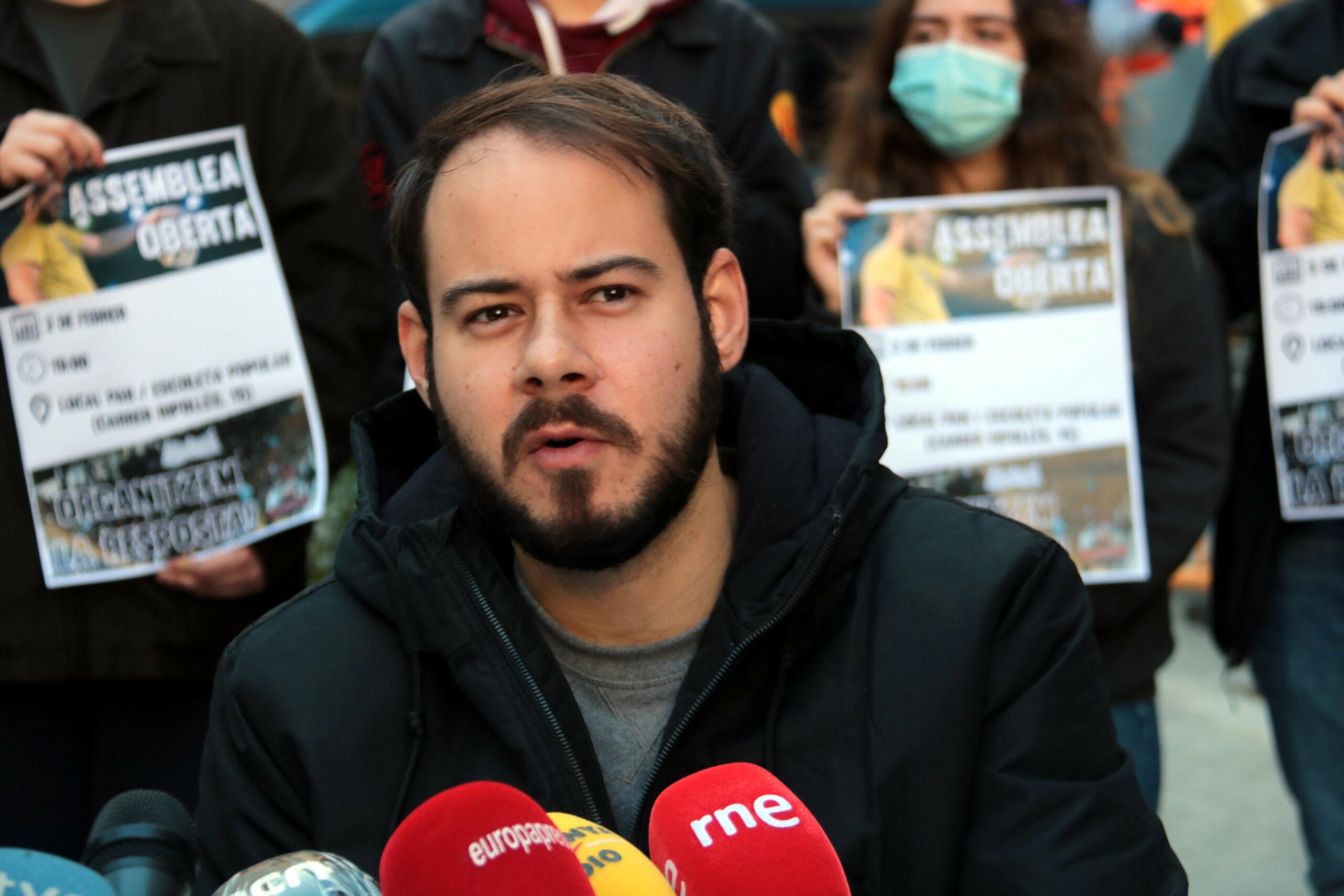 El raper Pablo Hasél durant la roda de premsa que ha ofert davant de la seu del PSC de Lleida | ACN