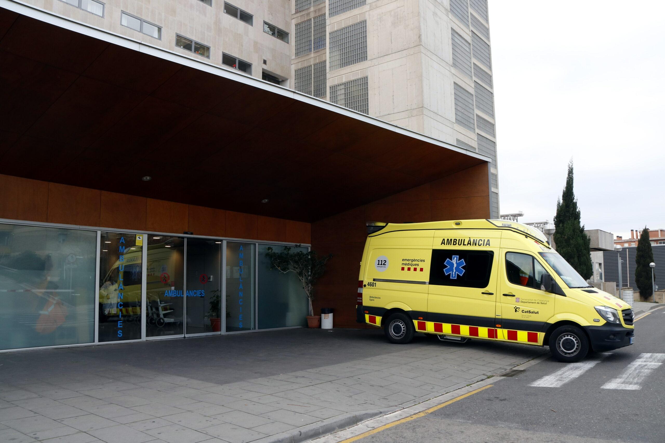Una ambulància estacionada a l'àrea d'Urgències de l'Hospital Joan XXIII de Tarragona | ACN