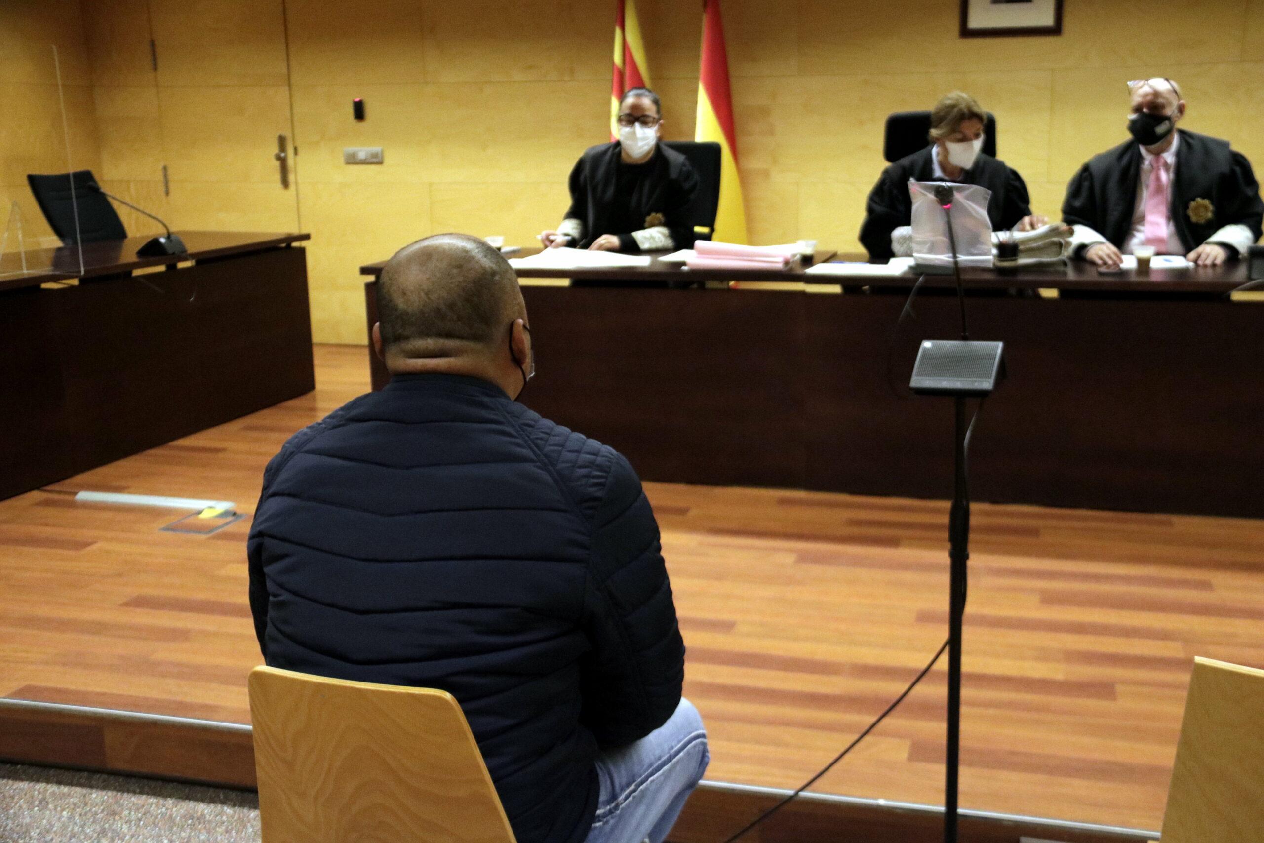D'esquenes, l'acusat d'abusar sexualment de la fillastra a Girona | ACN