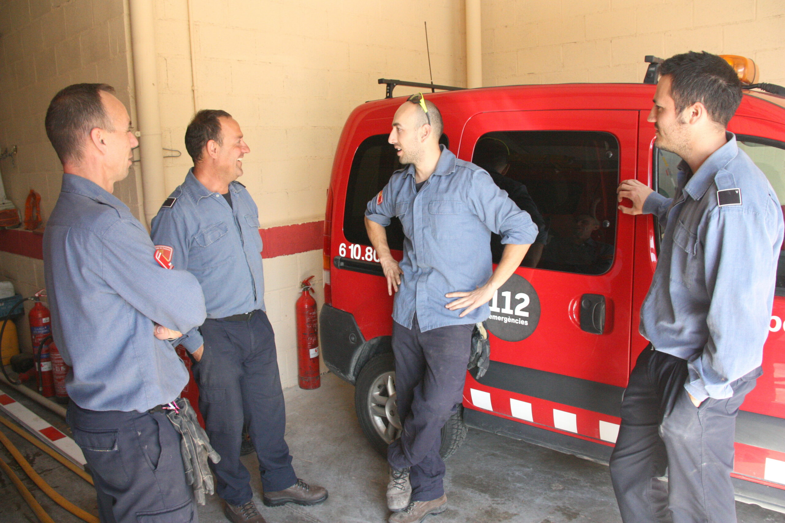bombers voluntaris del parc de Santa Coloma de Queralt, conversant/ArxiuACN