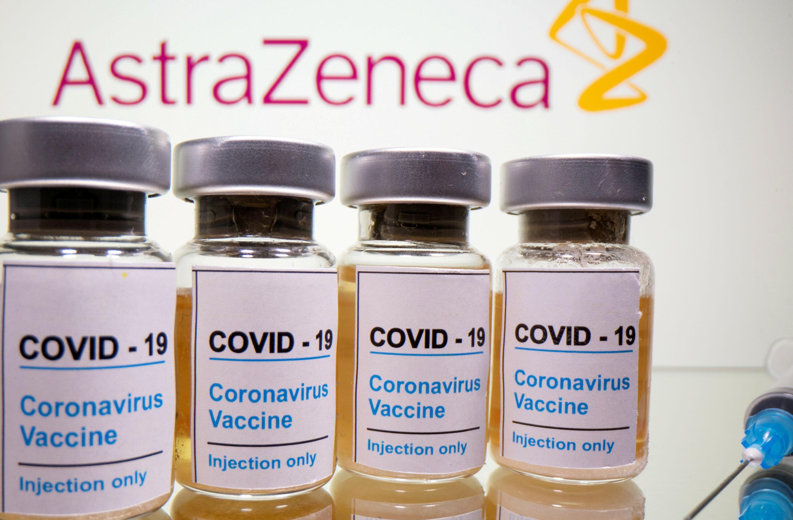 """Vials amb una etiqueta adhesiva, """"COVID-19 / vacuna contra el coronavirus / només injecció"""" i una xeringa mèdica davant del logotip d'AstraZeneca / ACN"""