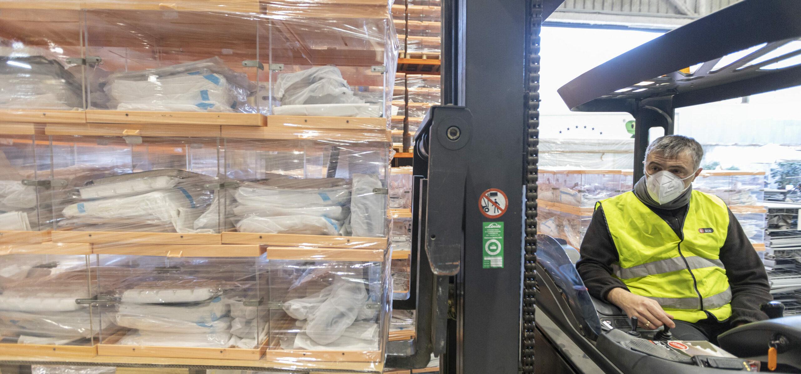 Operaris manipulant algunes de les urnes que s'utilitzaran a Barcelona en les eleccions del 14-F   ACN