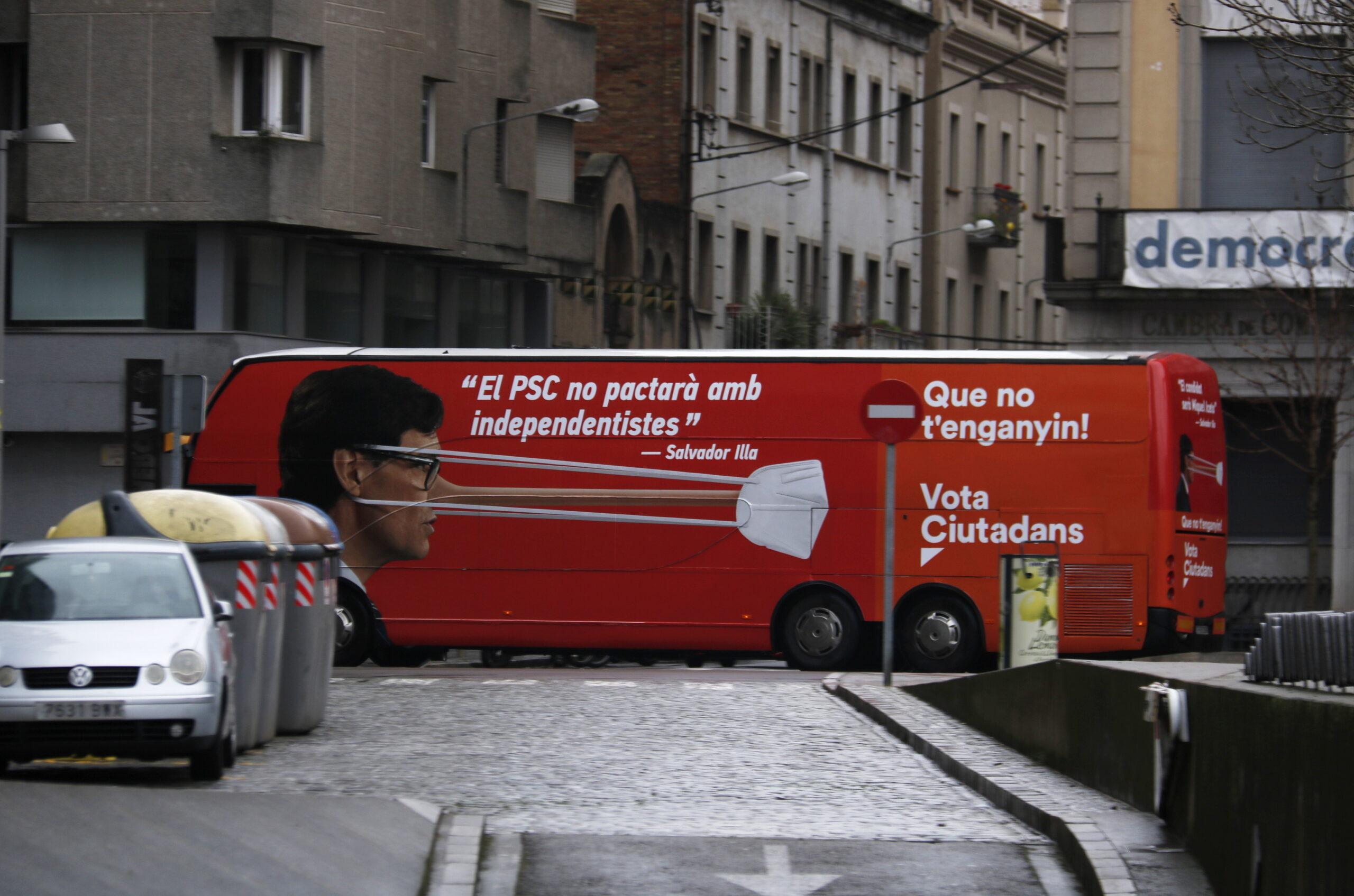 L'autobús de campanya de Cs que acusa Salvador Illa de mentir amb els pactes i l'il·lustra amb un nas de Pinotxo | ACN