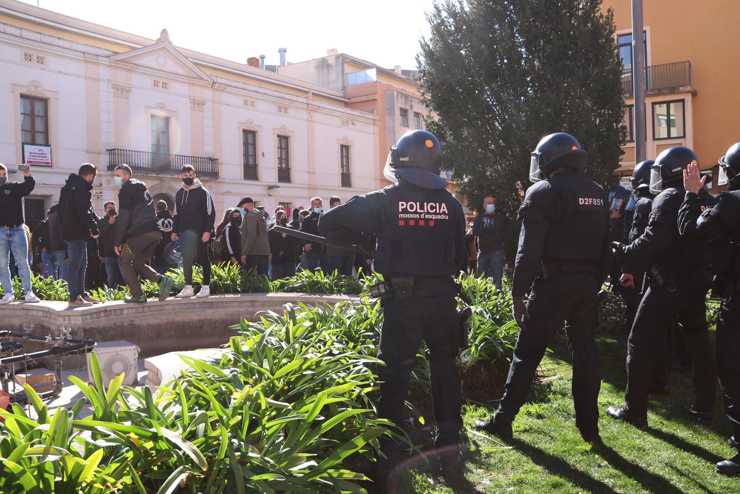 Els Mossos d'Esquadra colpejant els manifestants contraris a l'acte de campanya de Vox a Valls | ACN