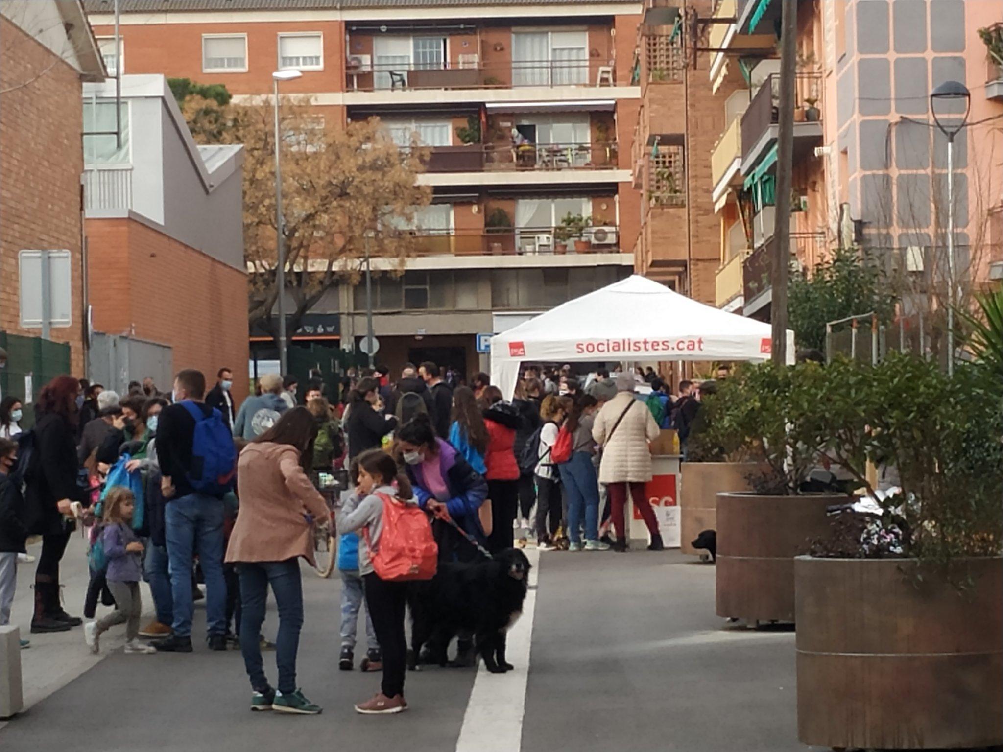 Guingueta electoral del PSC davant d'una escola de Cardedeu / @marcLA84