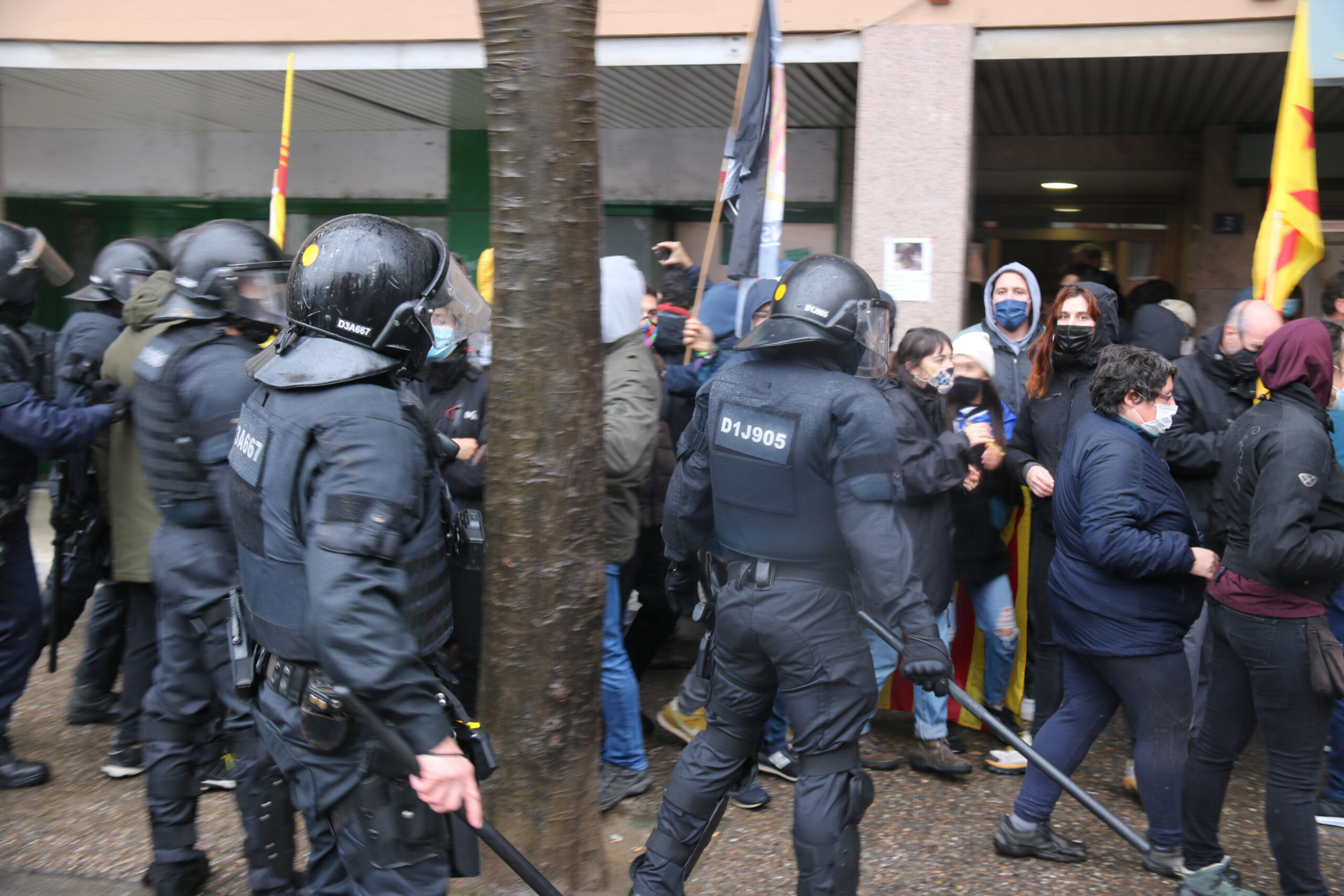 Un instant abans de la càrrega dels Mossos a uns manifestants antifeixistes a Salt   ACN