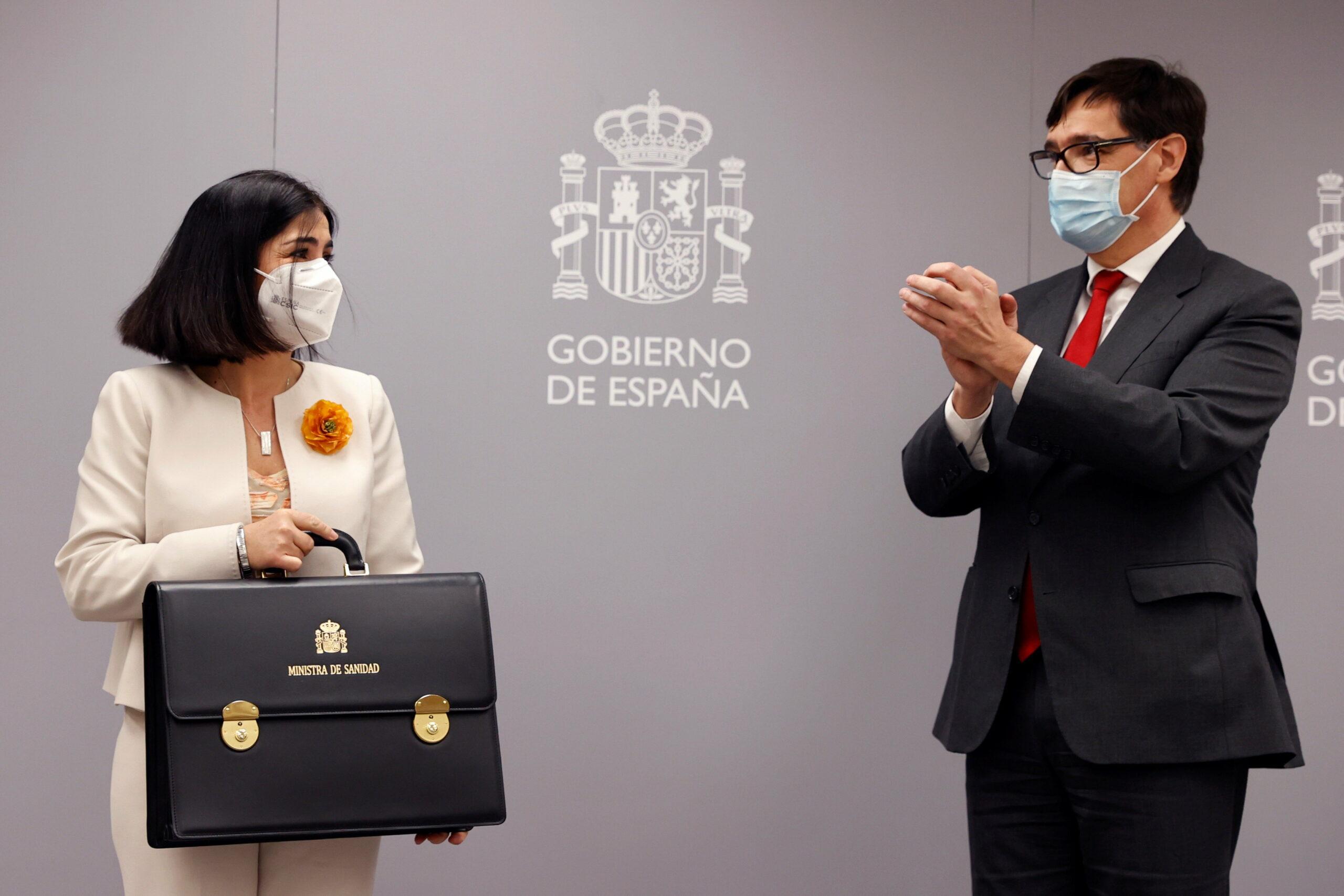 Carolina Darias agafant la cartera de ministra de Sanitat acompanyada de Salvador Illa /ACN
