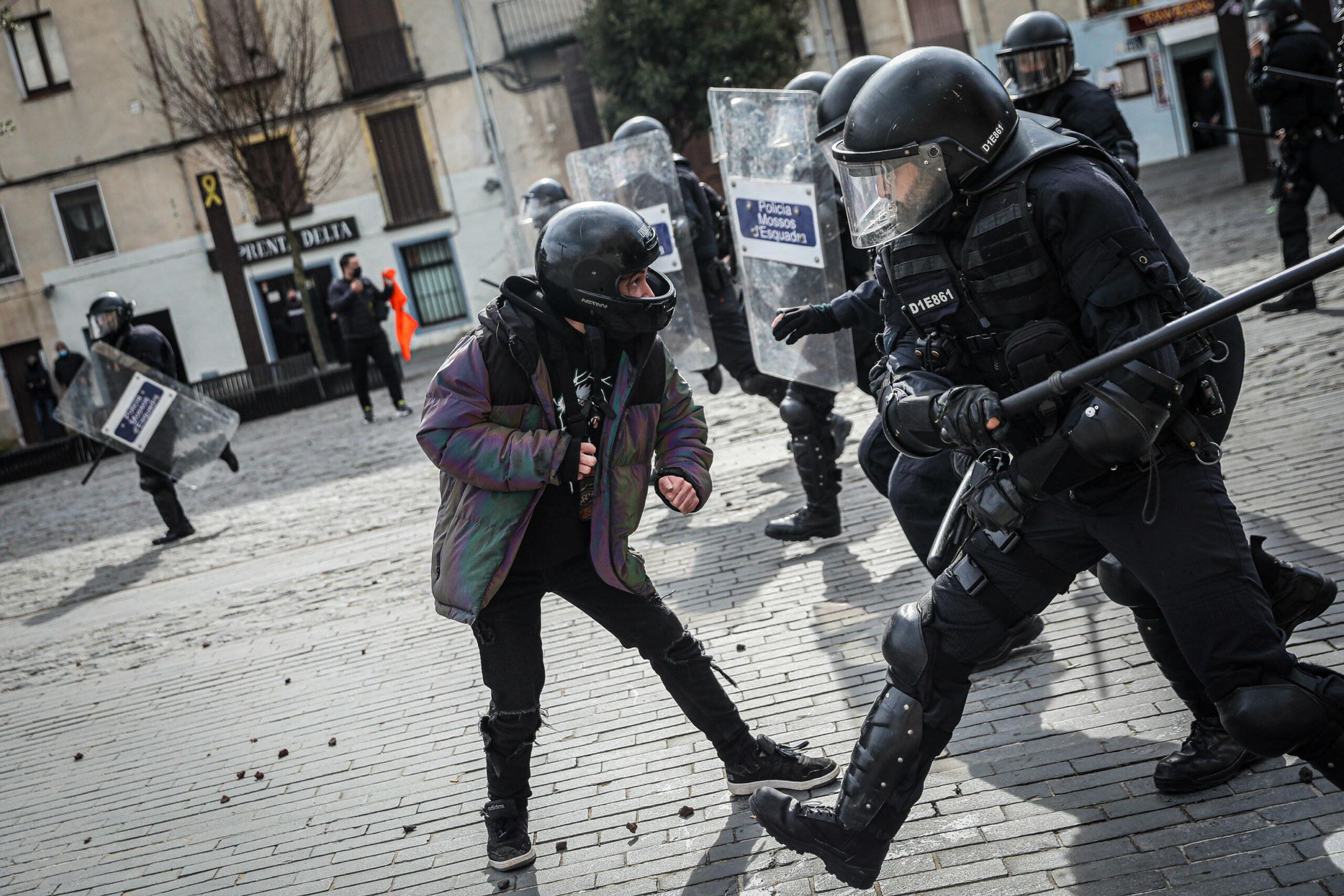 Un membre de la Brimo colpeja un manifestant/Jordi Borràs