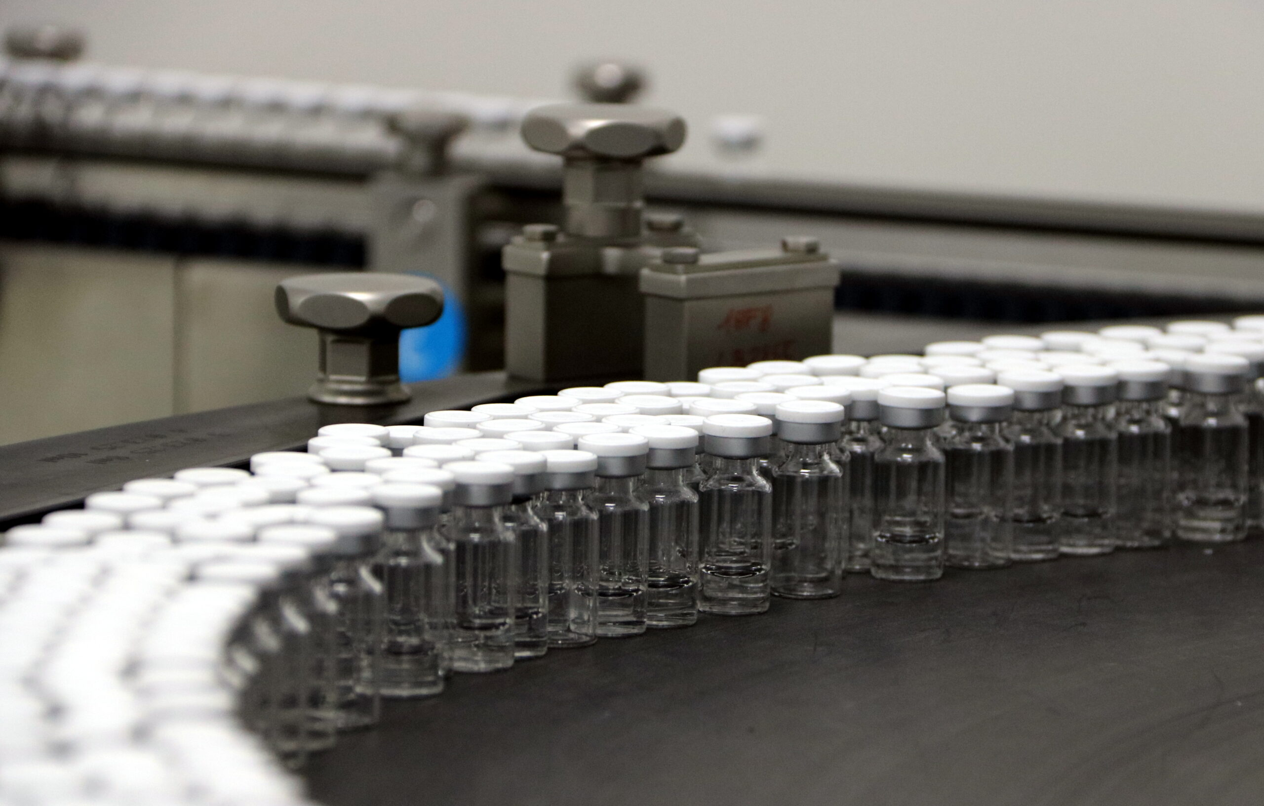 Ampolletes mèdiques al laboratori de Reig Jofre on es fabricarà la vacuna contra la covid-19 / ACN