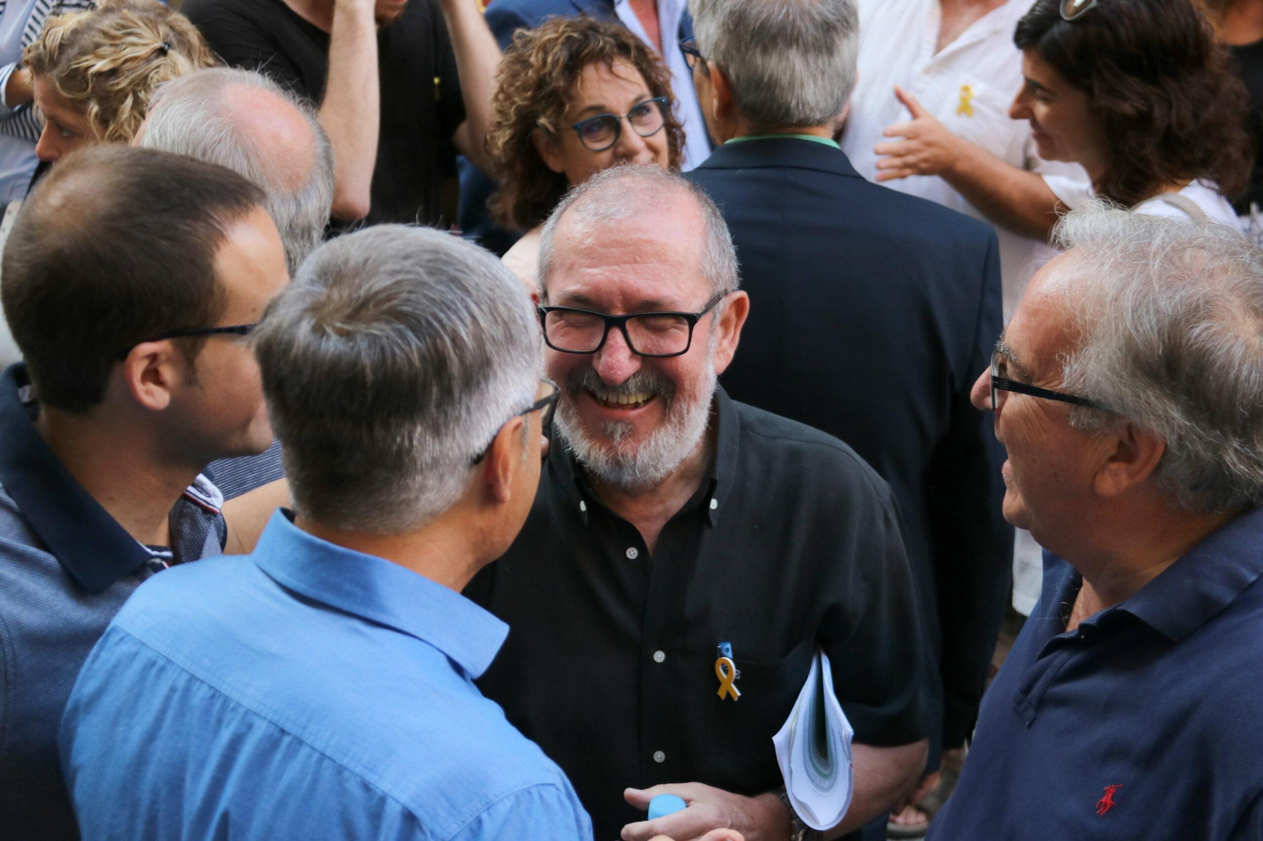 L'alcalde de Roquetes, Paco Gas, conversant amb alcaldes ebrencs d'ERC abans de declarar als jutjats de Tortosa   ACN