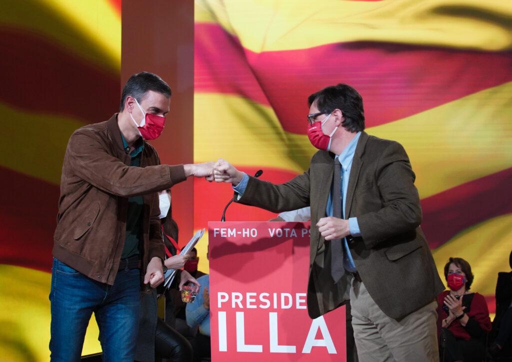 El president del govern espanyol, Pedro Sánchez, saludant-se després del míting de tancament de campanya amb el candidat, Salvador Illa ACN