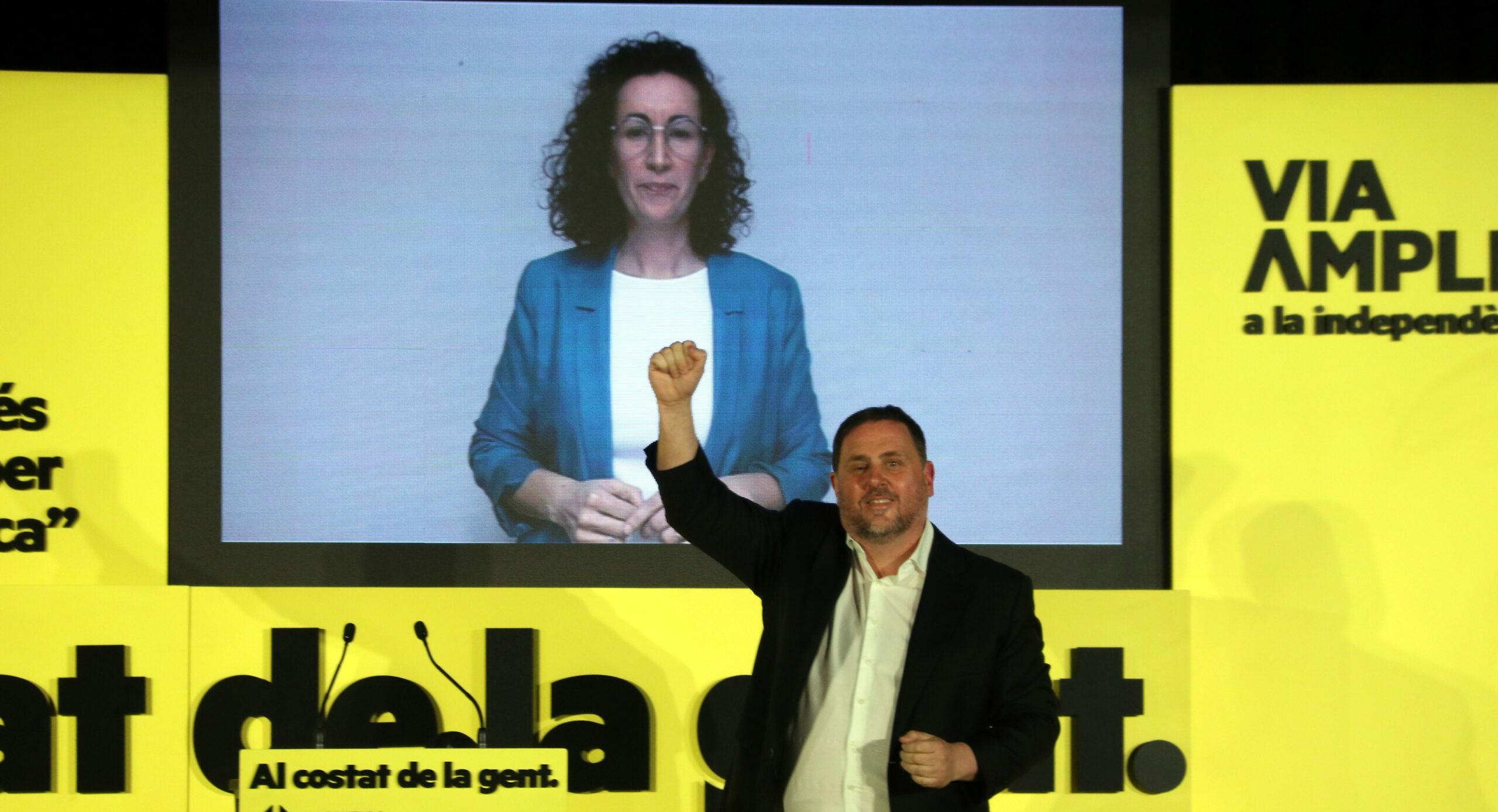 Oriol Junqueras amb Marta Rovira, de fons, a l'acte de tancament d'ERC, a les Cotxeres de Sants de Barcelona / ACN