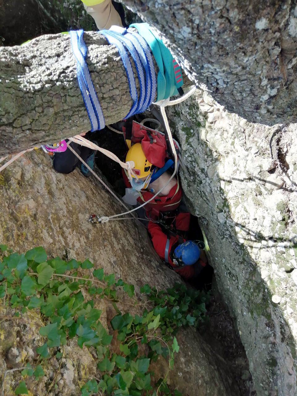 Rescat de l'espeleòleg accidentat en un avenc a la muntanya de Montserrat, el 13 de febrer del 2021