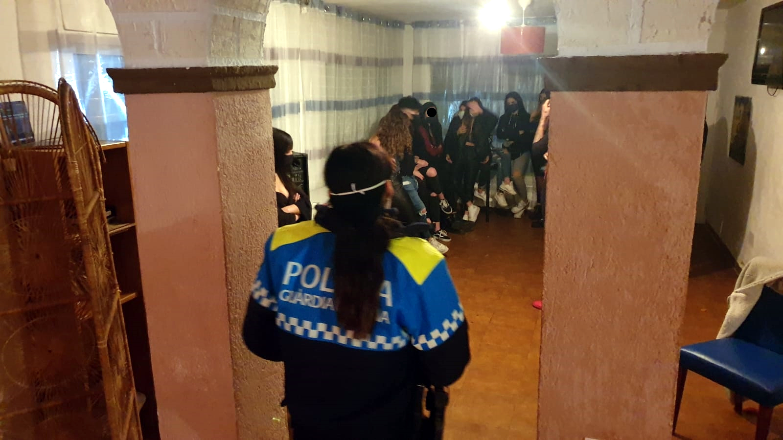 Participants en la festa il·legal en una masia turística / ACN