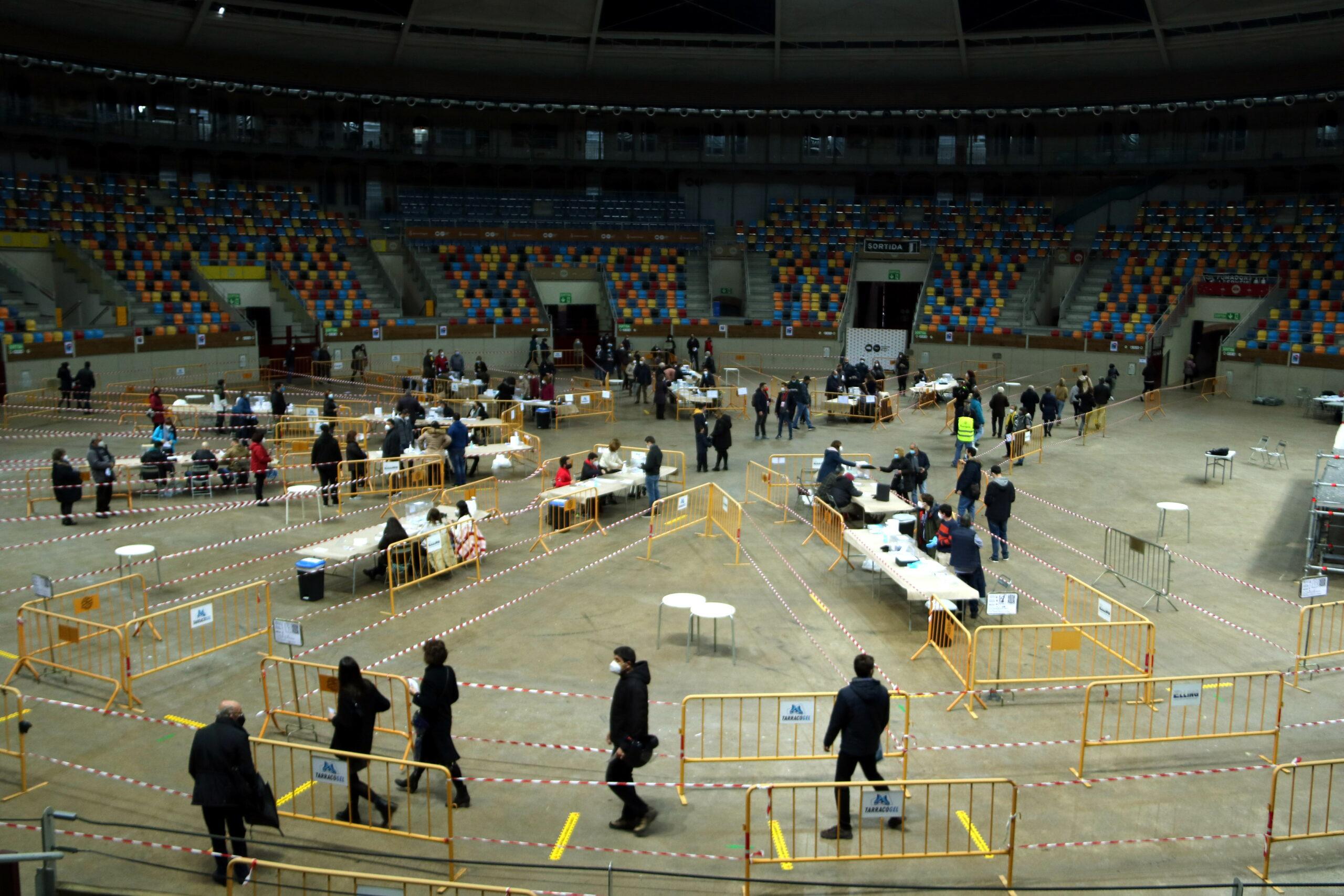Pla general dels votants i les meses electorals del col·legi electoral de la Tàrraco Arena Plaça de Tarragona durant les primeres hores de la jornada electoral del 14-F. Imatge del 14 de febrer del 2021 / ACN