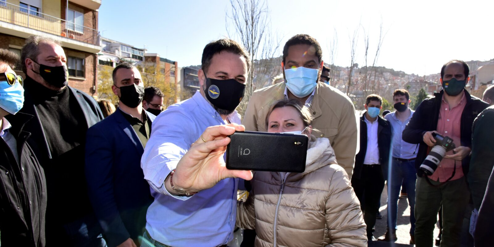 Santiago Abascal i Ignacio Garriga, fent-se un 'selfie' en campanya a Barcelona / David Oller (Europa Press)