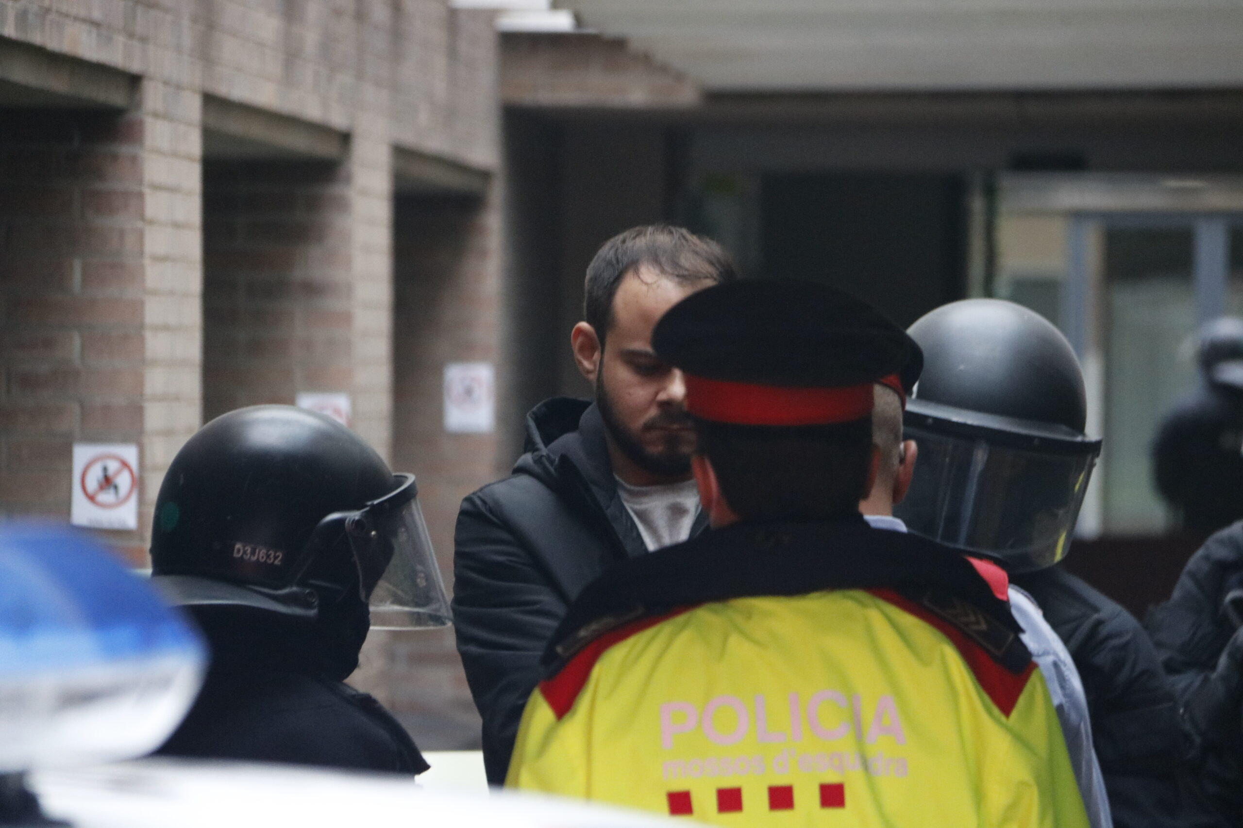 El raper Pablo Hasél, a punt d'entrar al vehicle dels Mossos d'Esquadra després de ser detingut | ACN