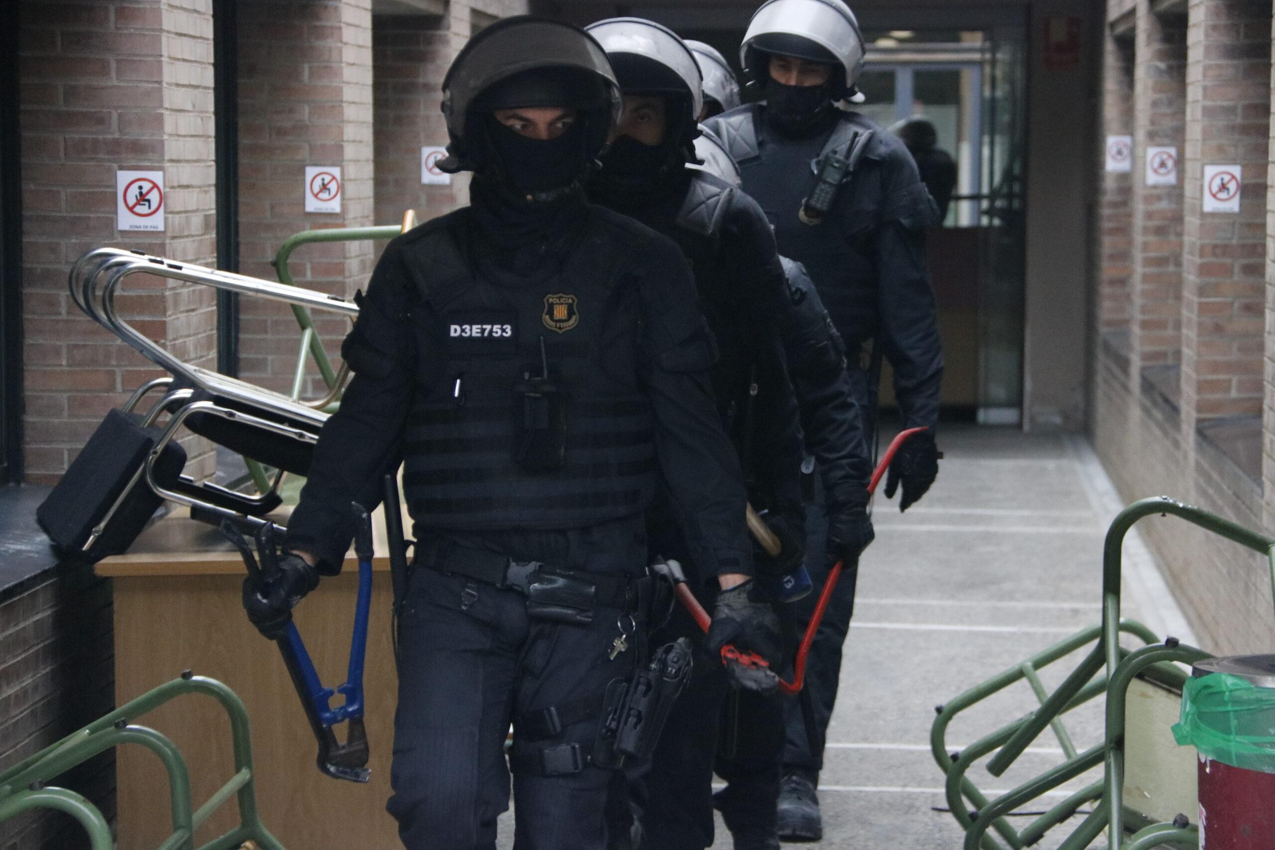 Els Mossos abandonen la UdL després de detenir Pablo Hasél | ACN