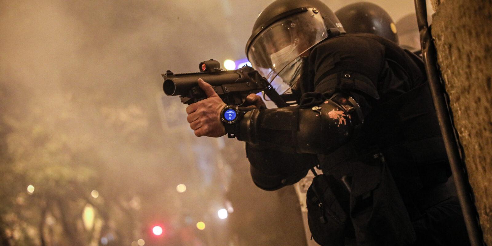 Antiavalot disparant projectils de foam a la protesta per Hasél / Jordi Borràs