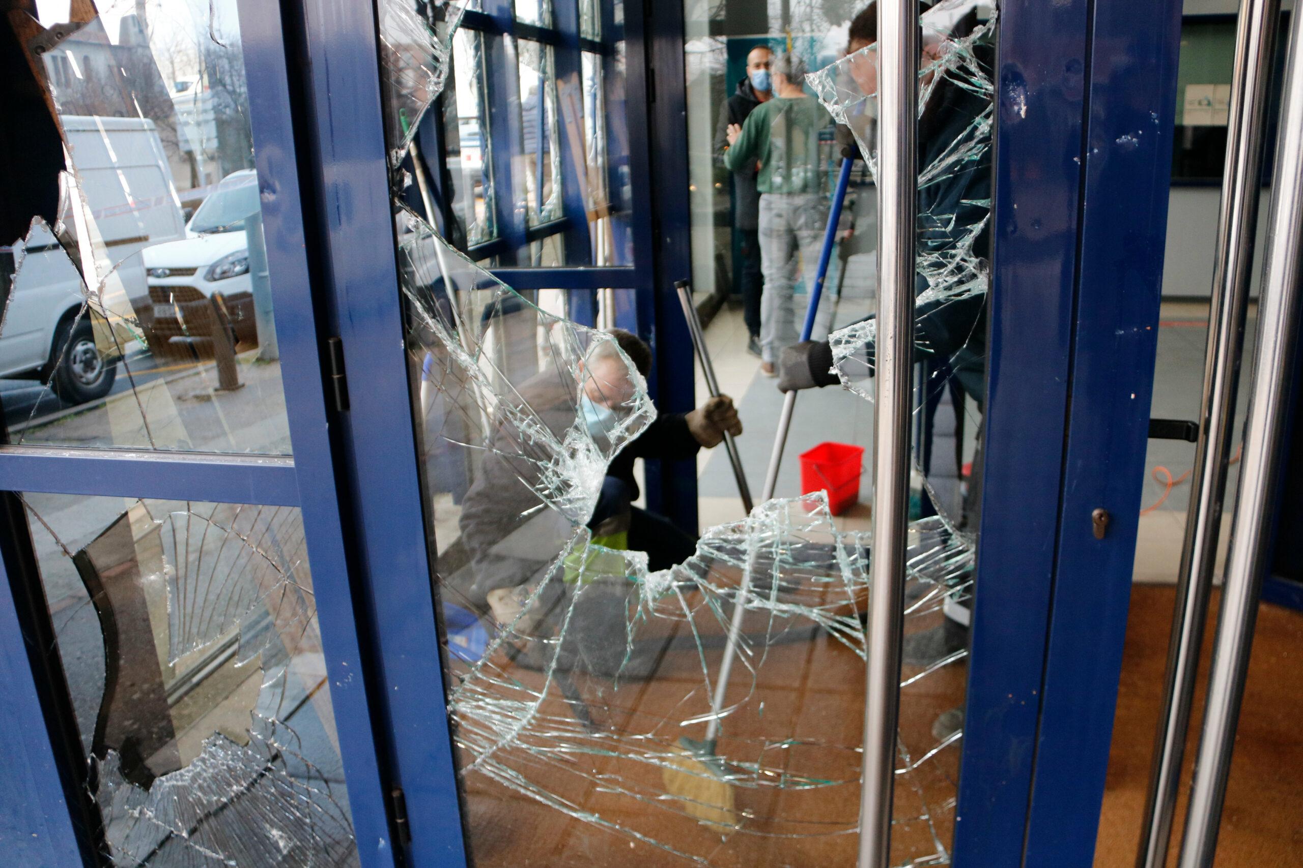 L'entrada a la comissaria amb els vidres trencats   ACN