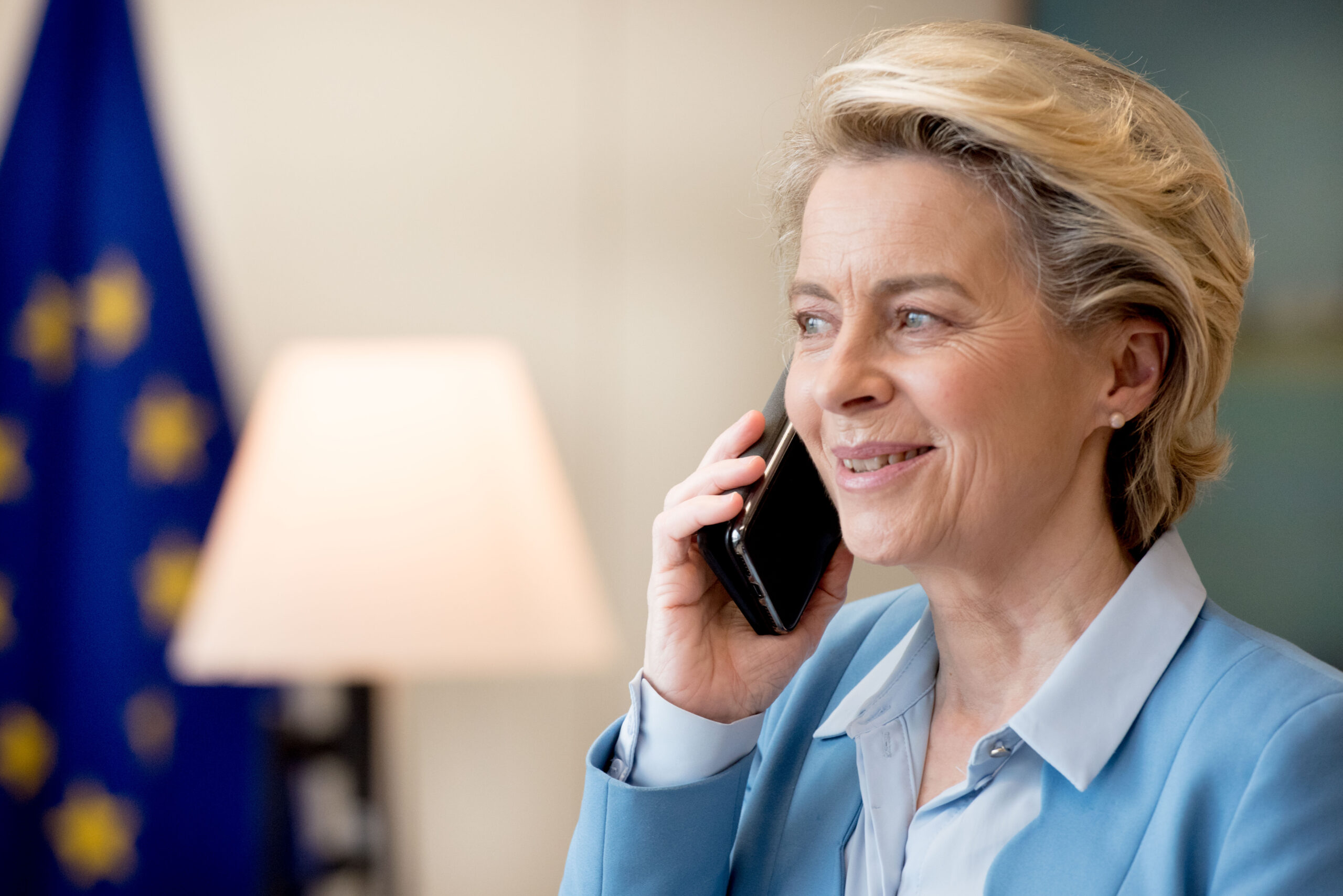 La presidenta de la Comissió Europea durant una trucada amb el primer ministre del Canadà, a Brussel·les, el febrer del 2021 / ACN