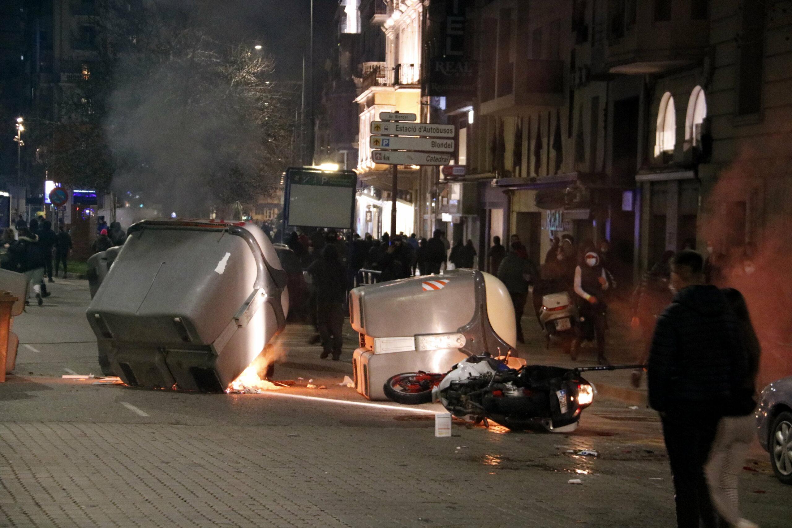 Alguns dels contenidors cremats a l'avinguda Blondel de Lleida, després de la manifestació pro-Hasel / ACN