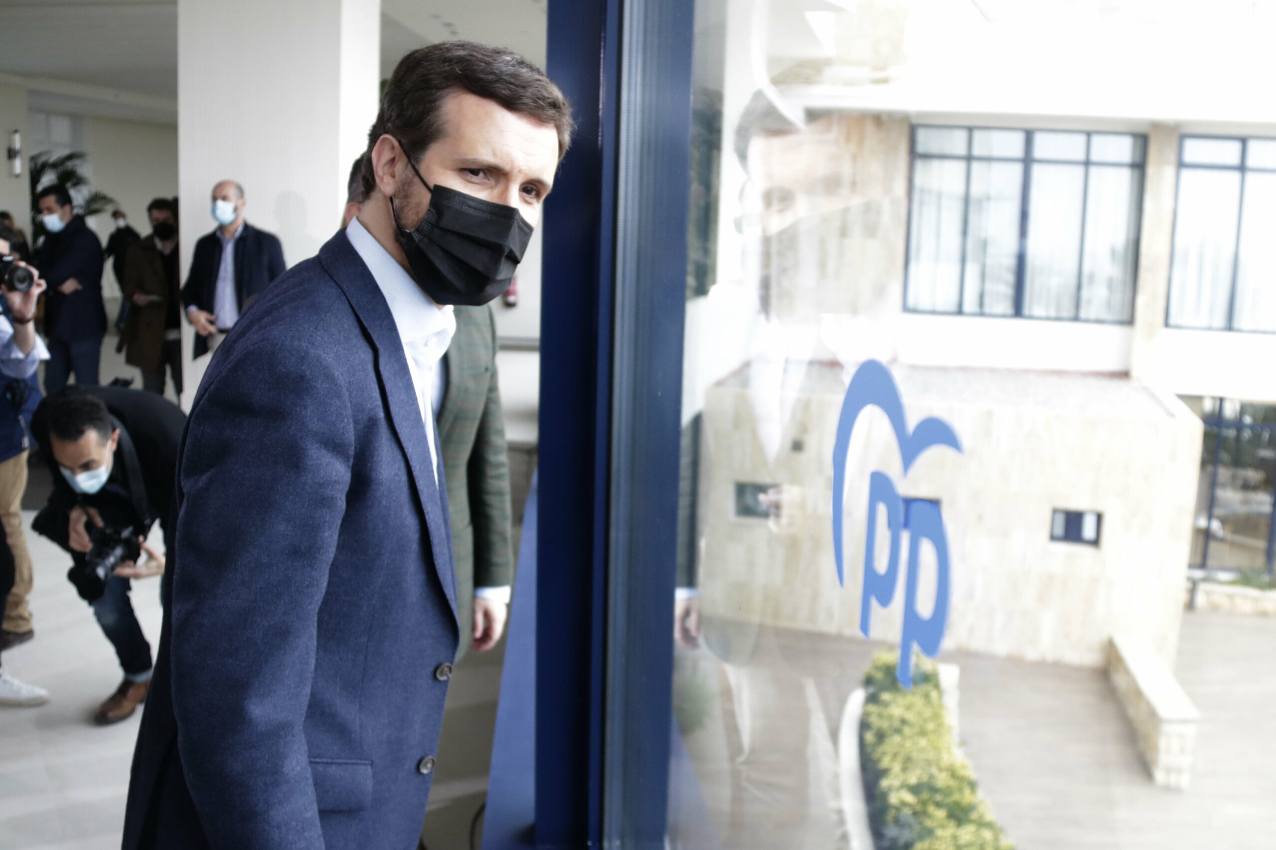 El president del PP, Pablo Casado, mira per una finestra durant un acte del PP a Tarragona | ACN