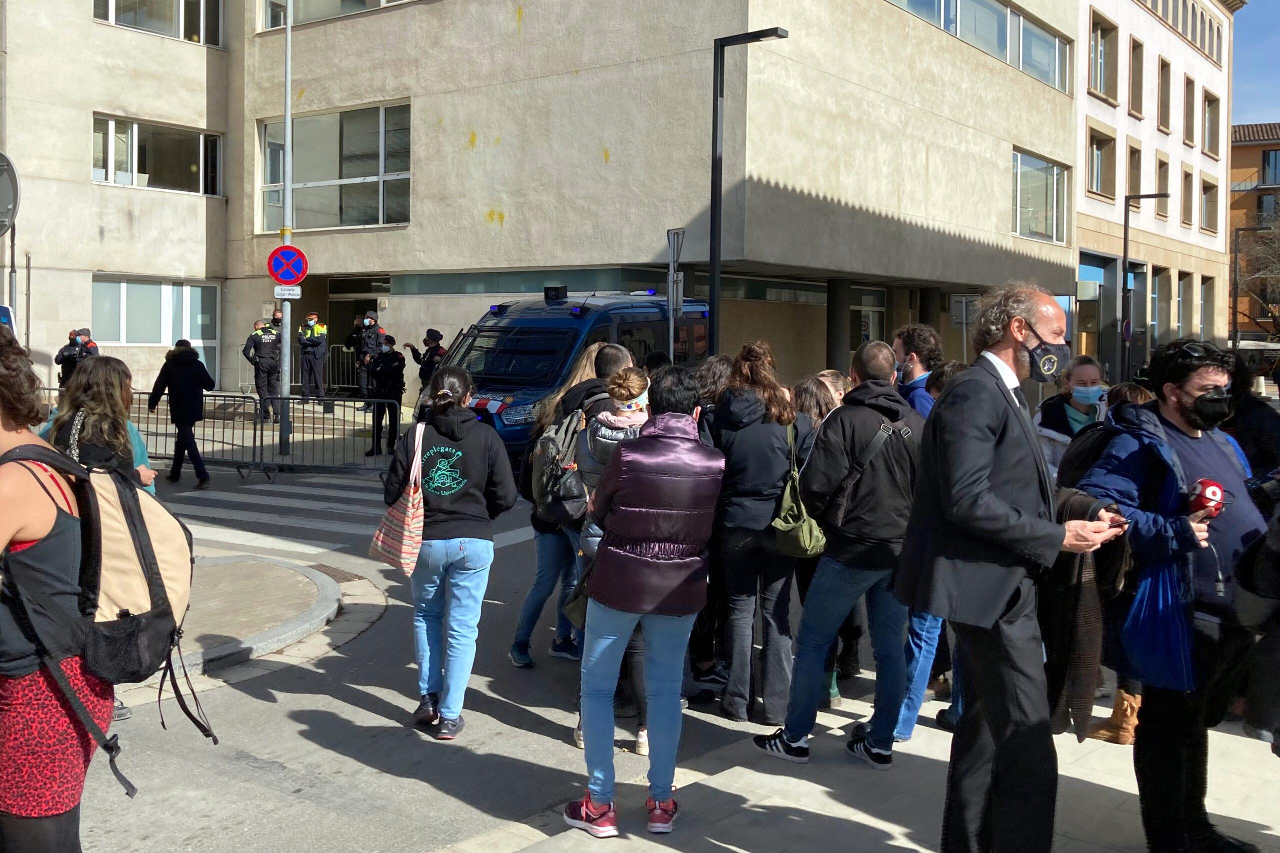 Els concentrats davant els jutjats de Vic en el moment de saber que els tres joves quedaven en llibertat | ACN
