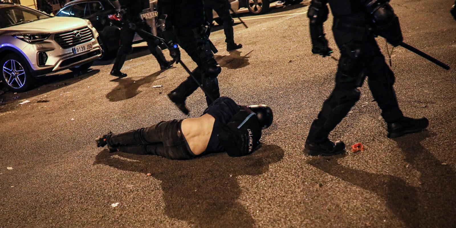 Un noi ferit durant els aldarulls per l'empresonament de Pablo Hasél / Jordi Borràs