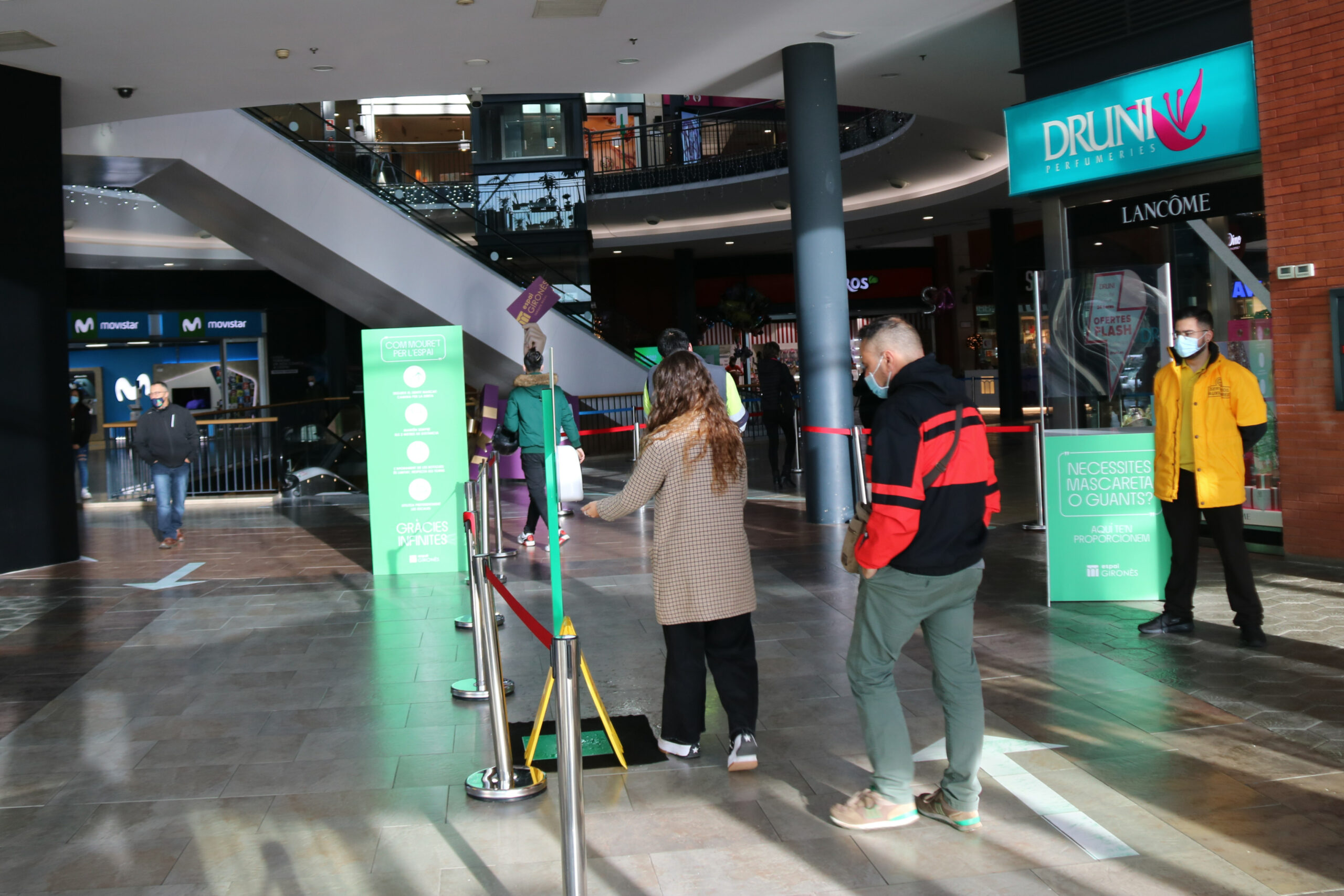 Dos clients entrant al centre comercial Espai Gironès de Salt   ACN