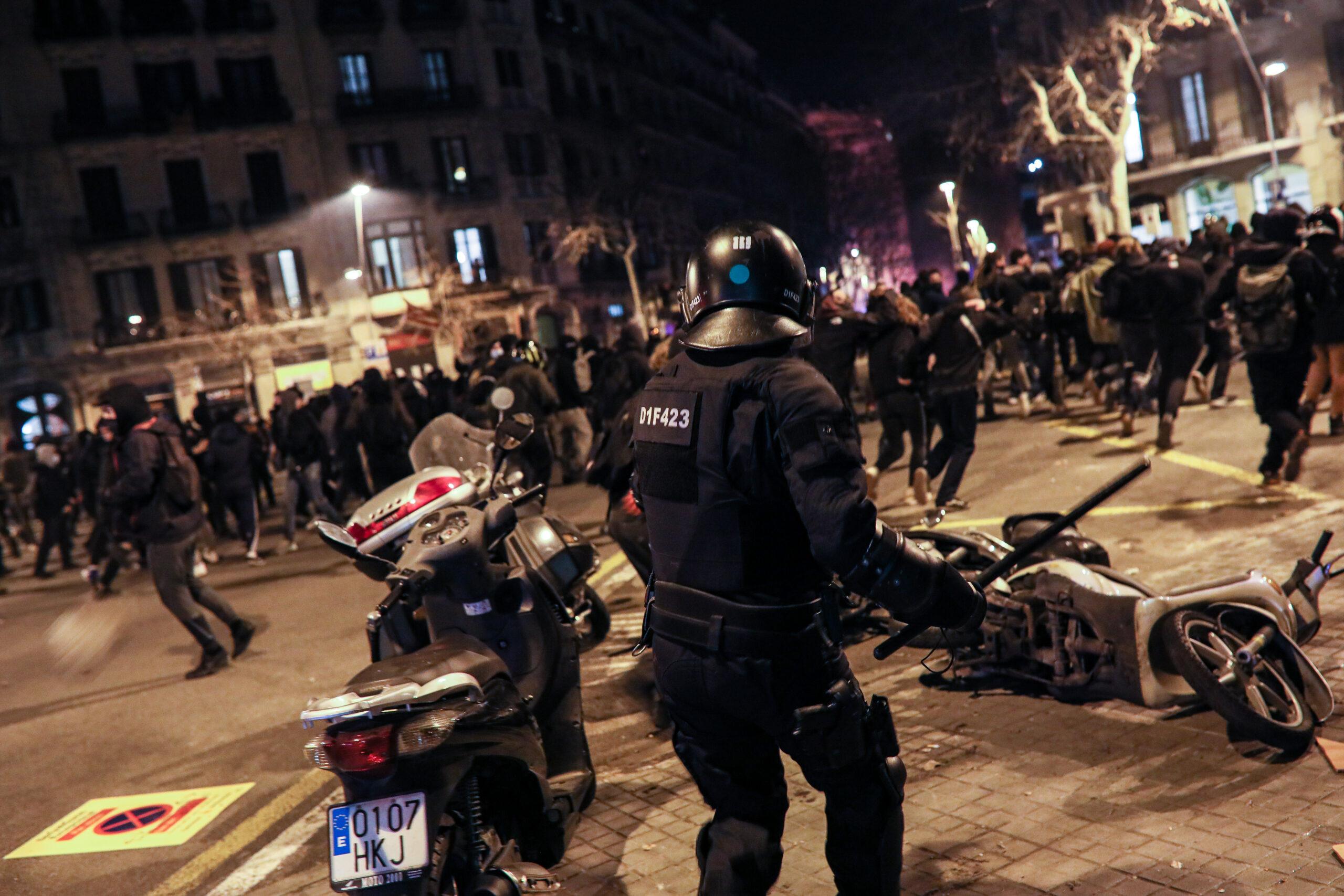 Una de les càrregues dels Mossos a Barcelona en el marc de les protestes pro Hasel (Jordi Borràs)