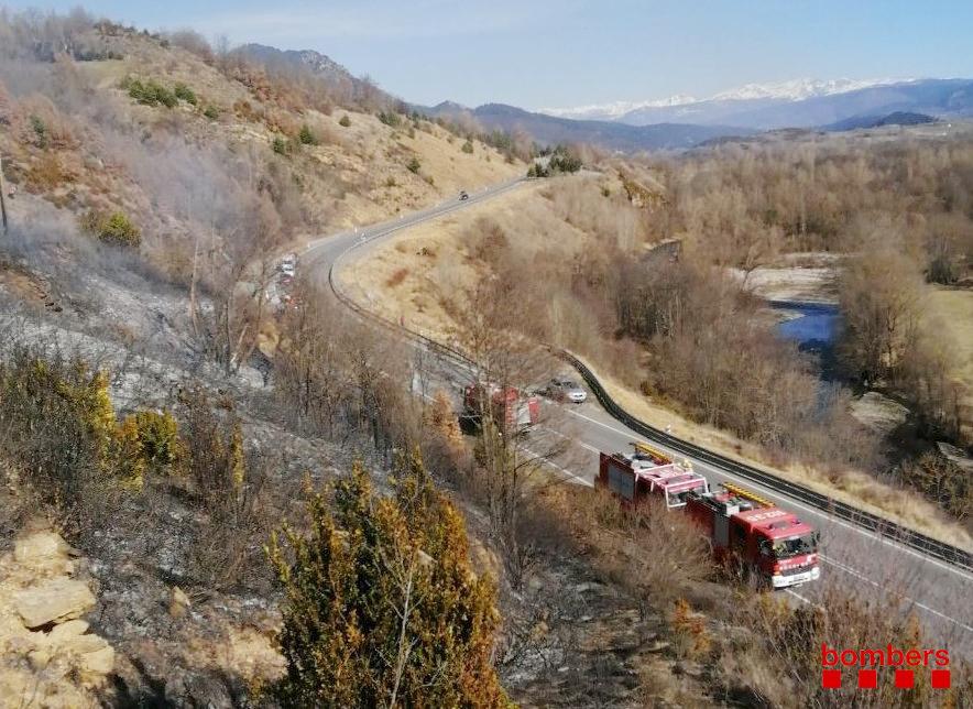 L'incendi de vegetació en un dels marges de l'N-260 a Prullans | Bombers