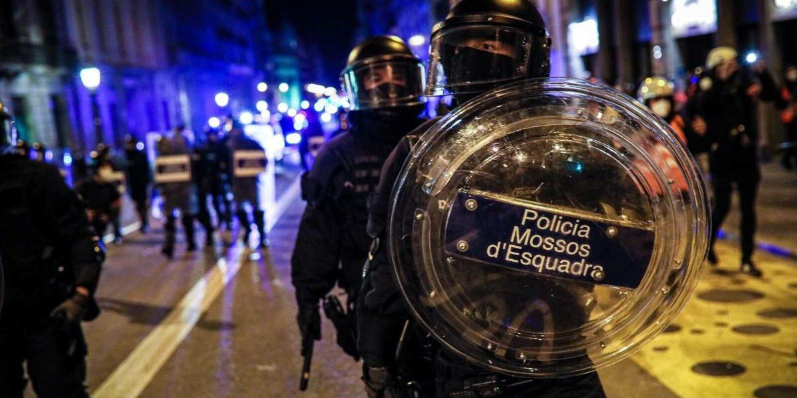 Antiavalot amb escut a Urquinaona, la 5a nit de protestes / Jordi Borràs