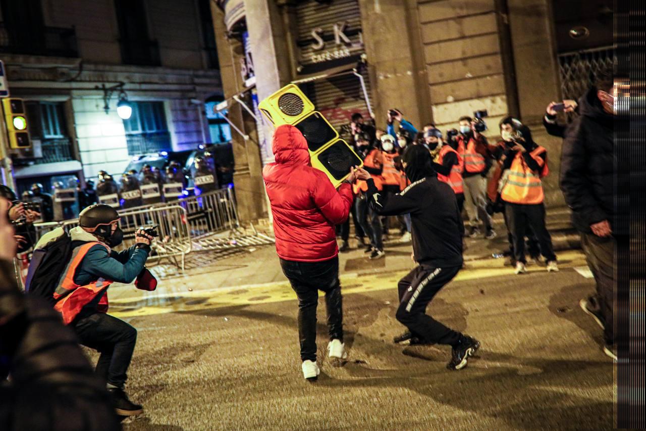 Uns manifestants subjecten un semàfor davant la Prefectura de la Via Laietana, a Barcelona | Jordi Borràs