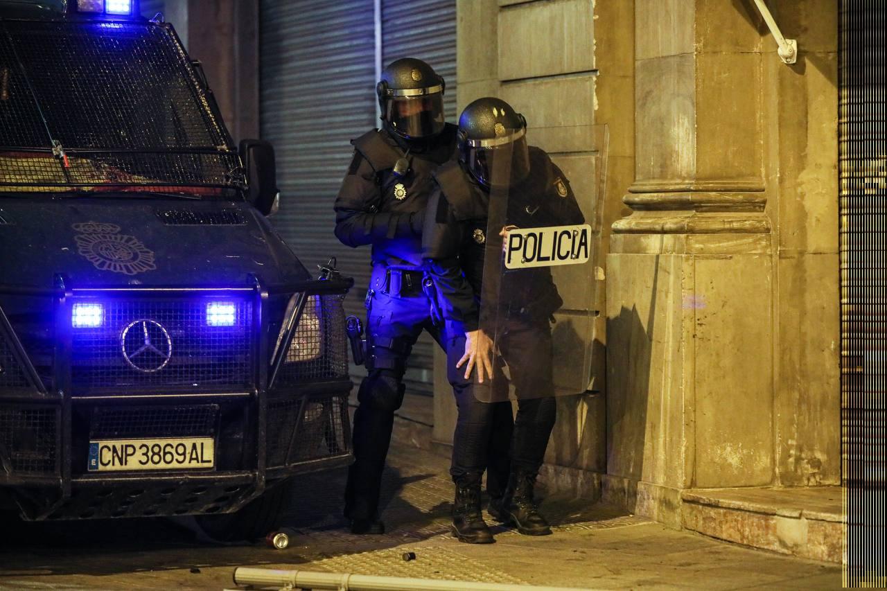 Un policia espanyol cau ferit en la sisena nit de protestes a Barcelona   Jordi Borràs